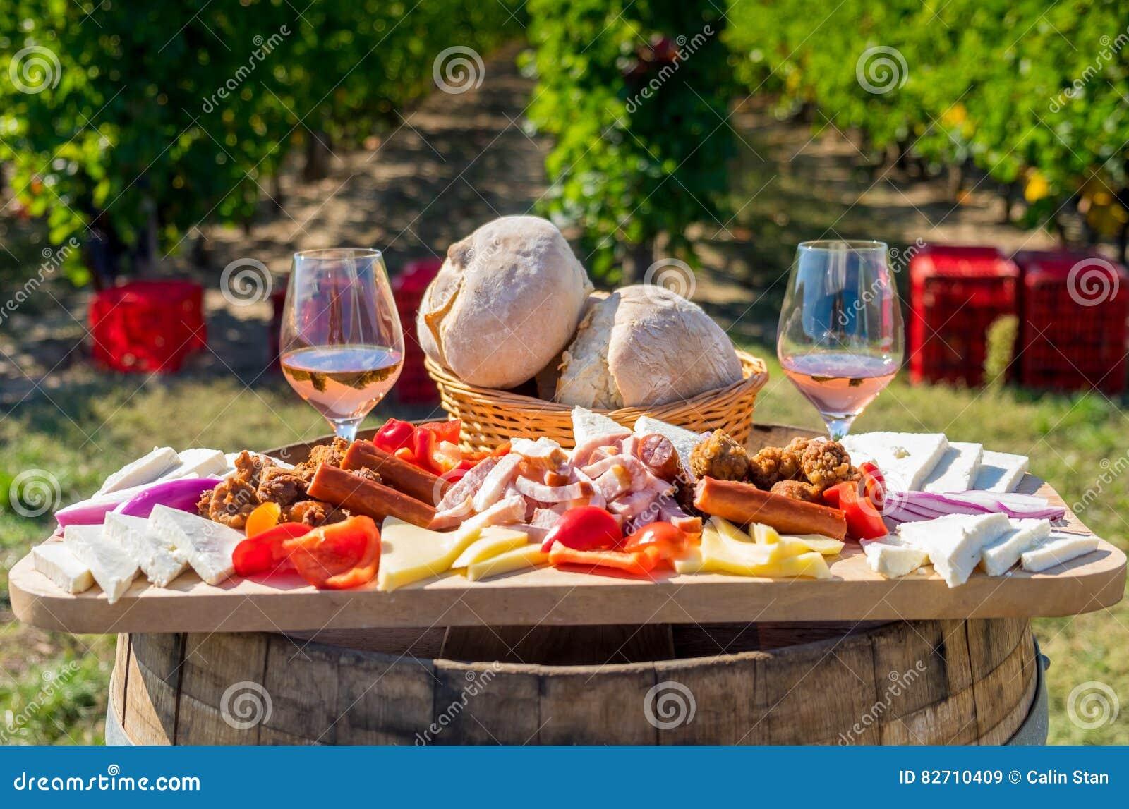 Moisson du plat roumain traditionnel de nourriture de saison avec du fromage