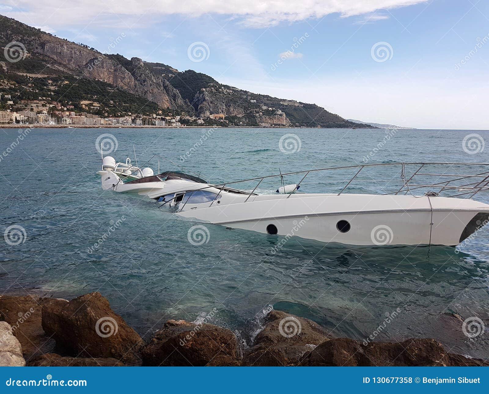 Moitié de luxe de yacht submergée