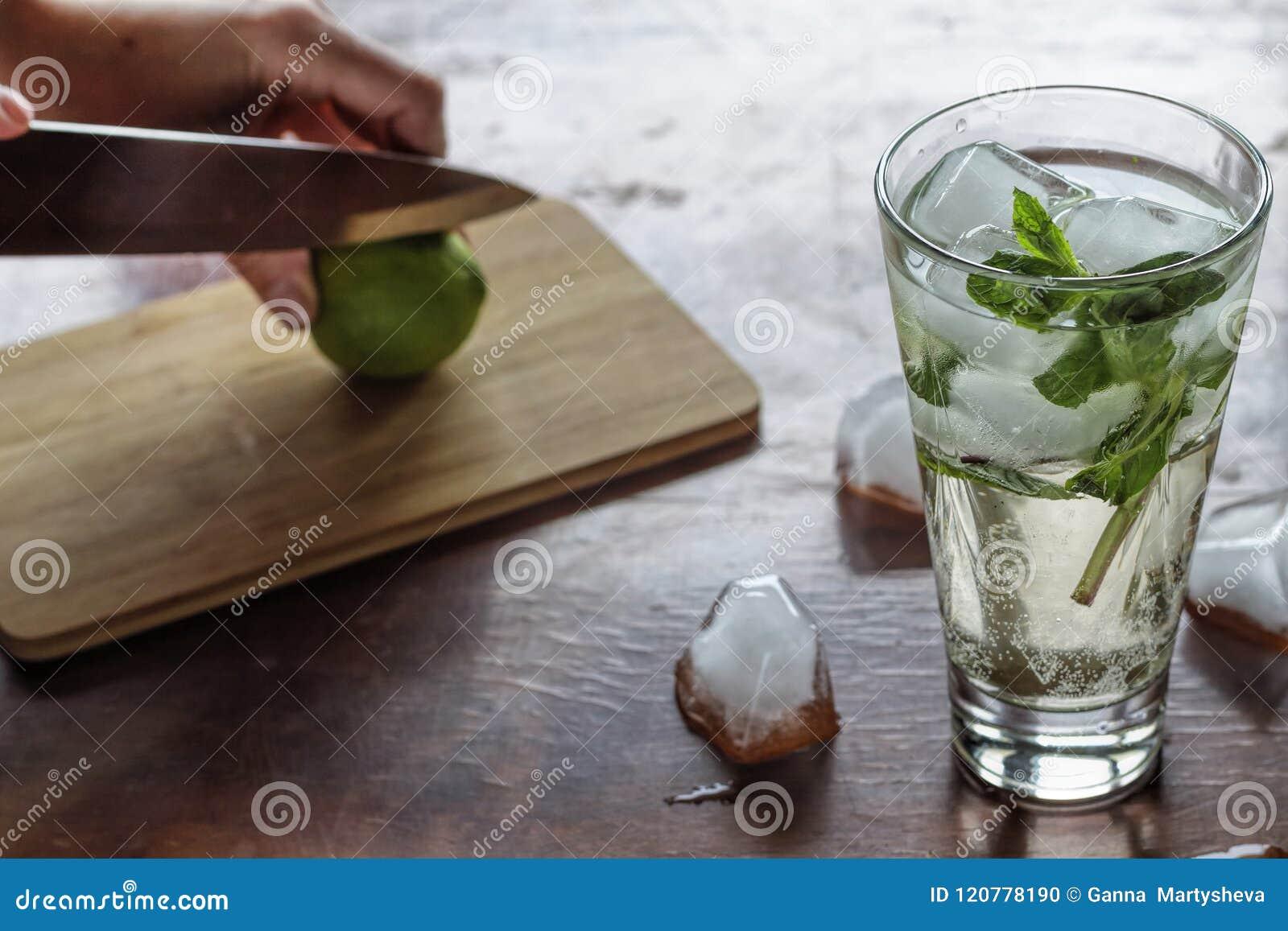 Mojito, kaipirinha, ajerówka, barman, koktajl, bar, napój, alco