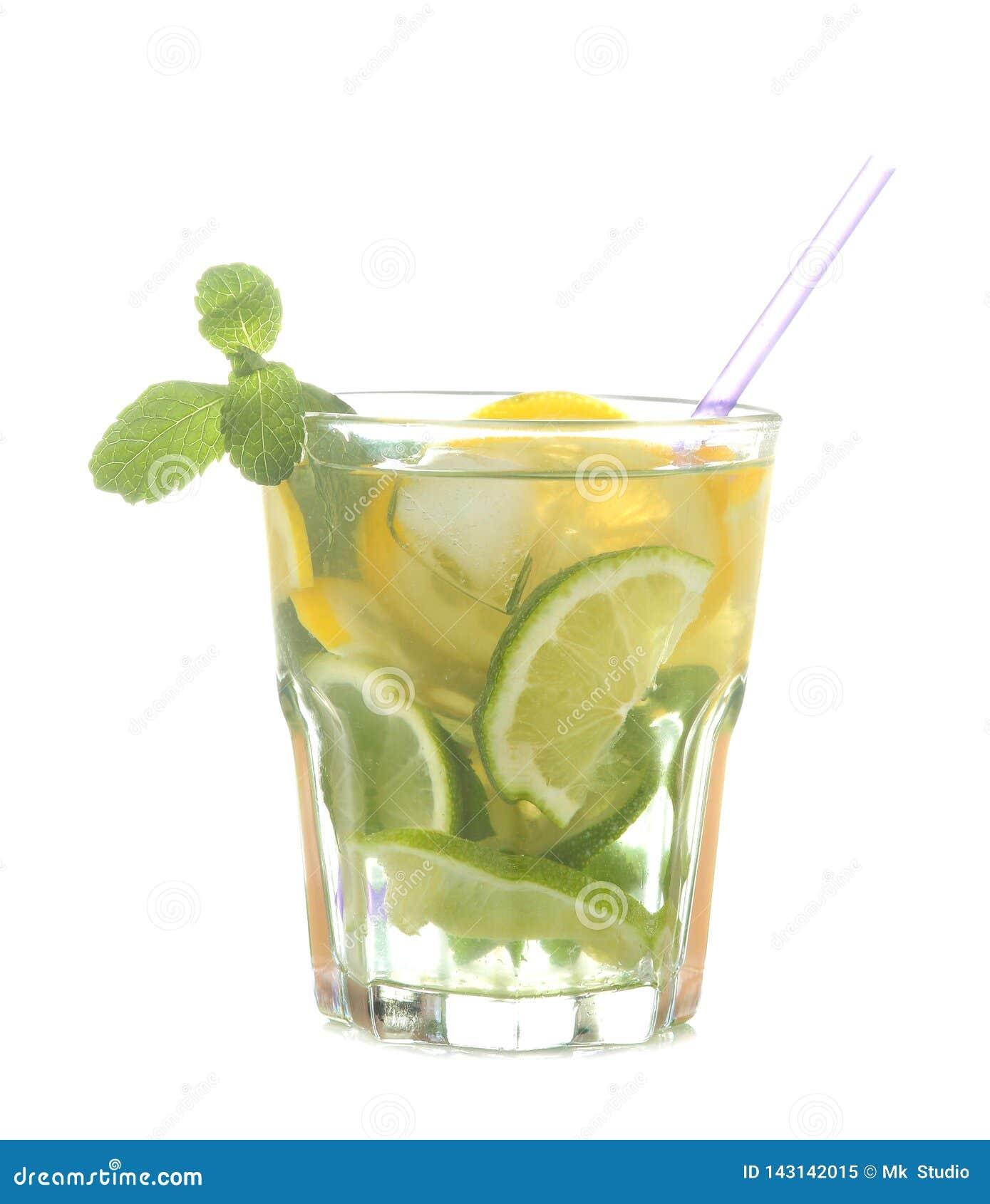 Mojito koktajl w szklanym szkle z wapnem, mennicą i cytryną na białym odosobnionym tle,