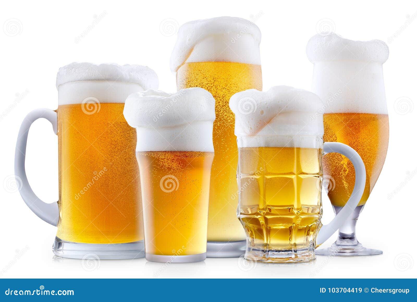 Mok ijzig bier met schuim