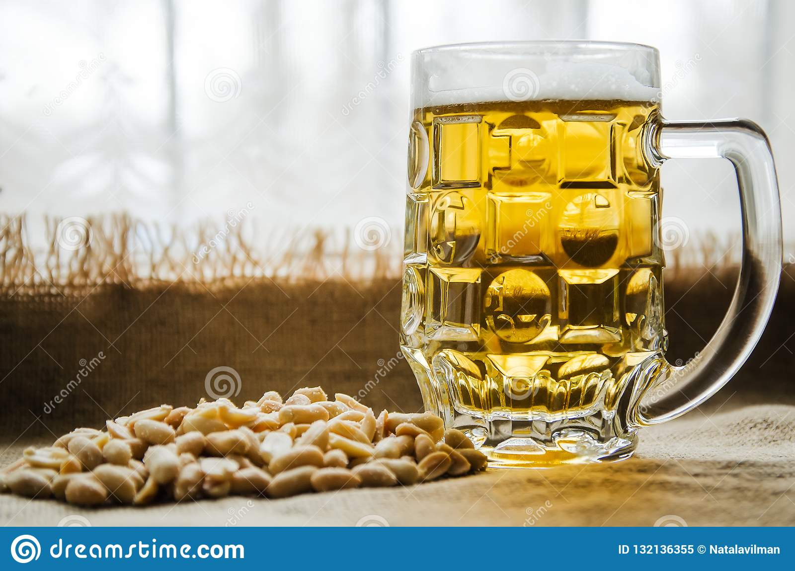 Mok met bier en gezouten pinda s op de lijst