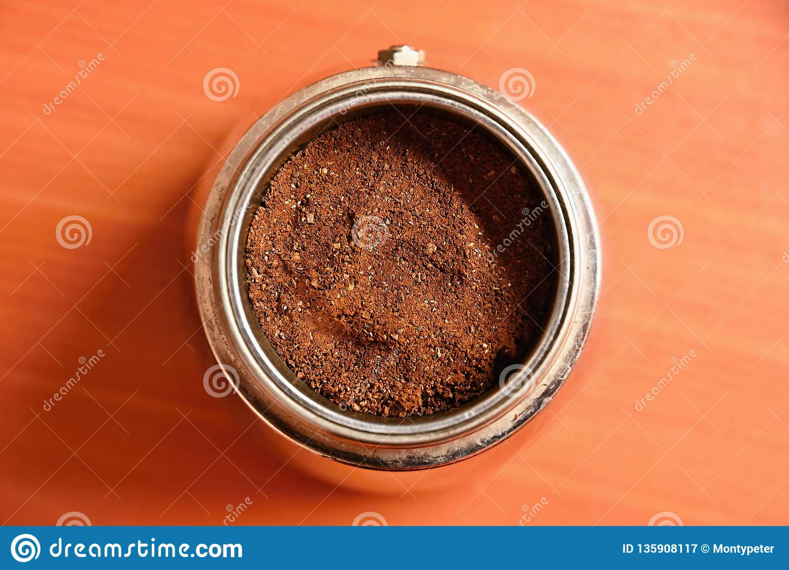 Moka kaffekruka Förberedelse av nytt bra kaffe hemma