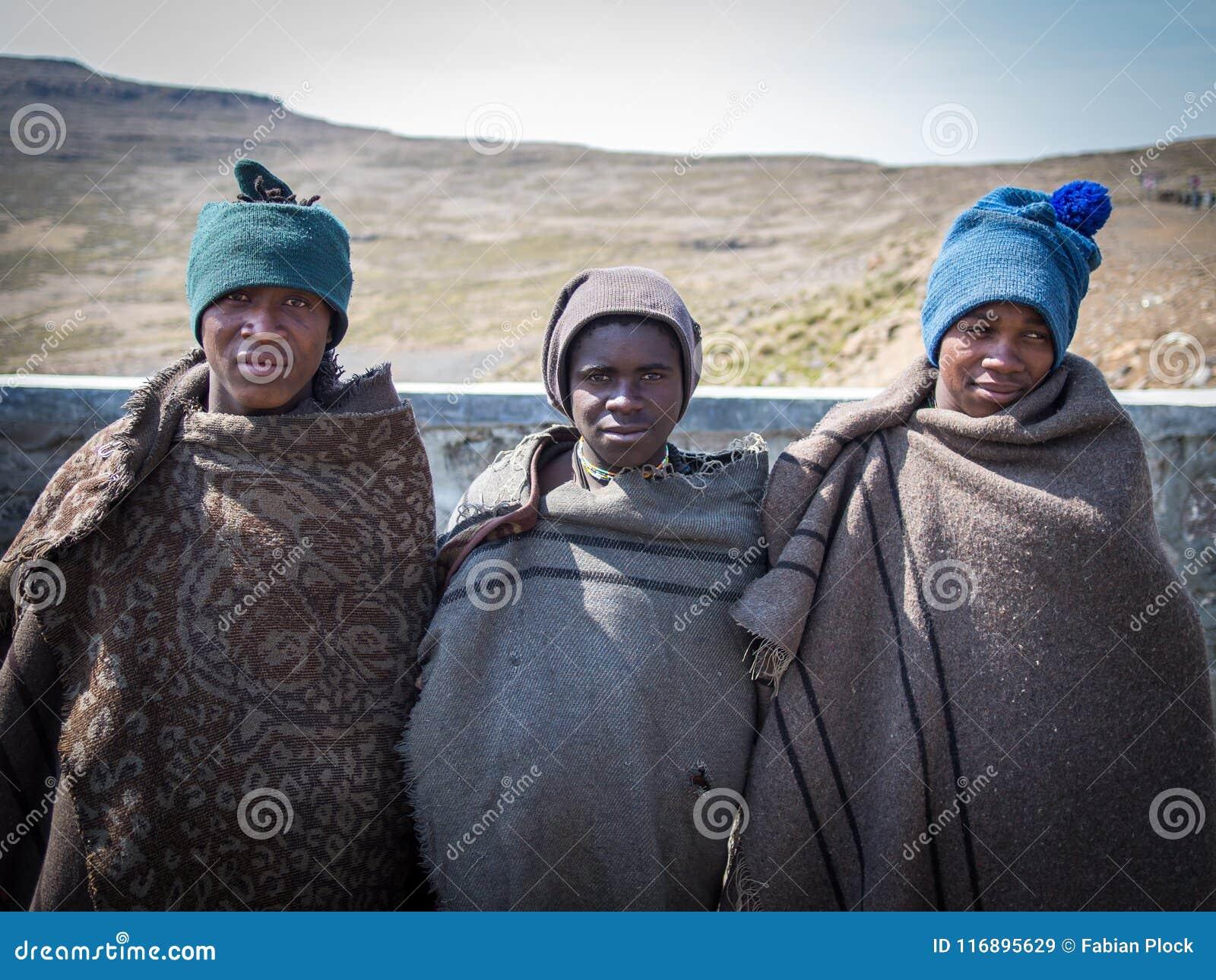 Mokhotlong Lesotho - September 11, 2016: Tre oidentifierade unga afrikanska sheperds i traditionella tjocka filtar