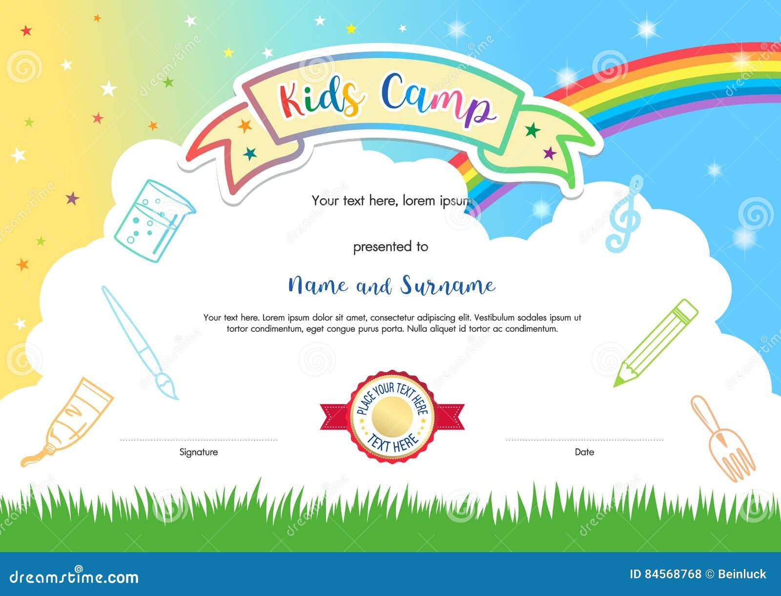 Molde colorido do certificado do diploma do acampamento de verão das crianças no cartoo