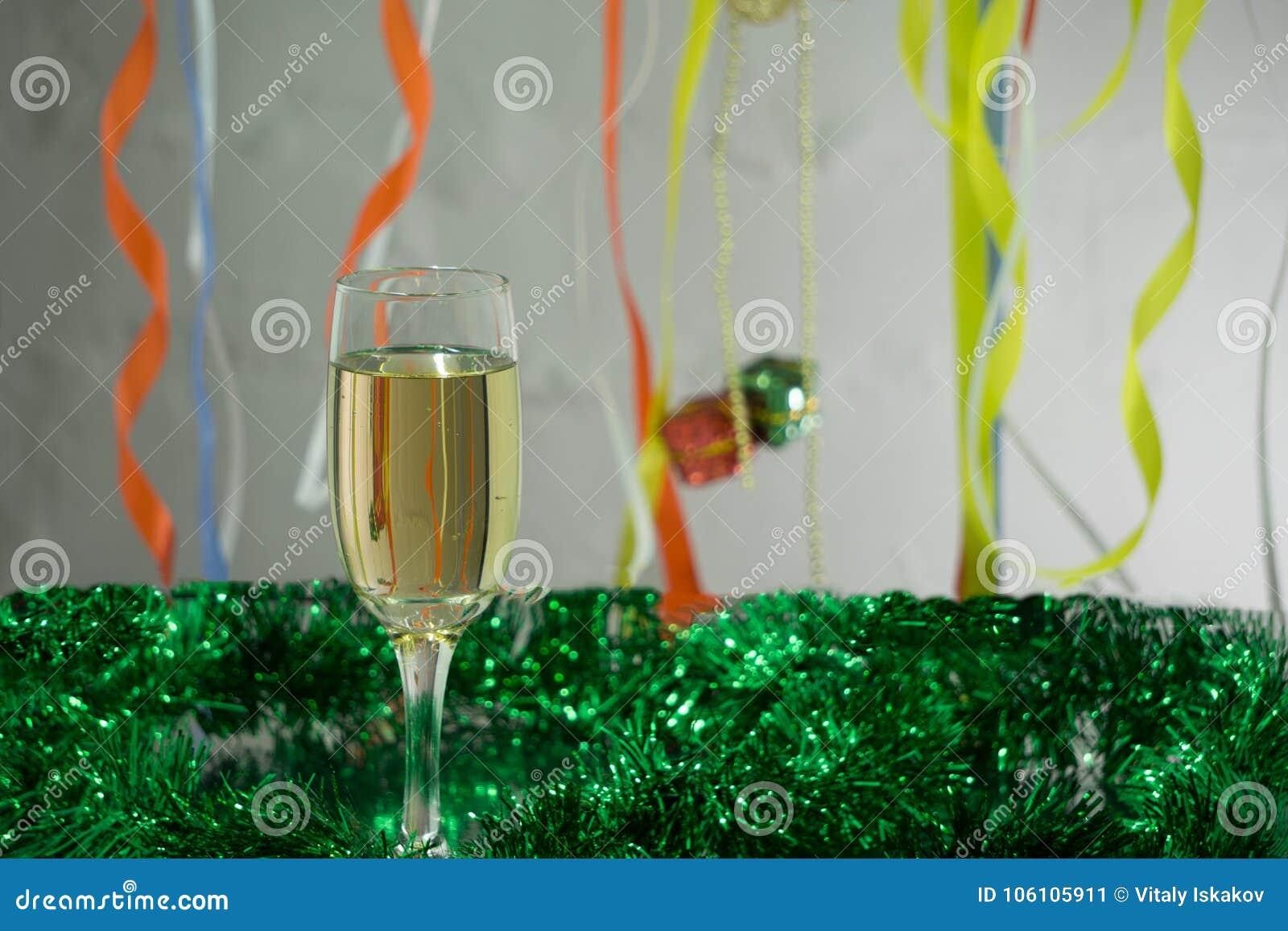 Molde do cartão do Natal e do ano novo feito do ouropel dourado e verde com as bolas vermelhas do Natal, fita vermelha, vela alar