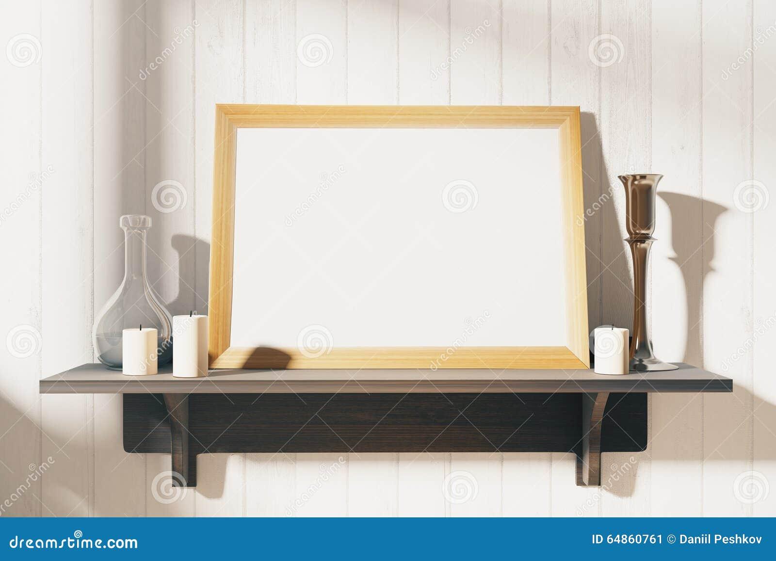 Moldura para retrato branca vazia com os castiçal no shel de madeira marrom