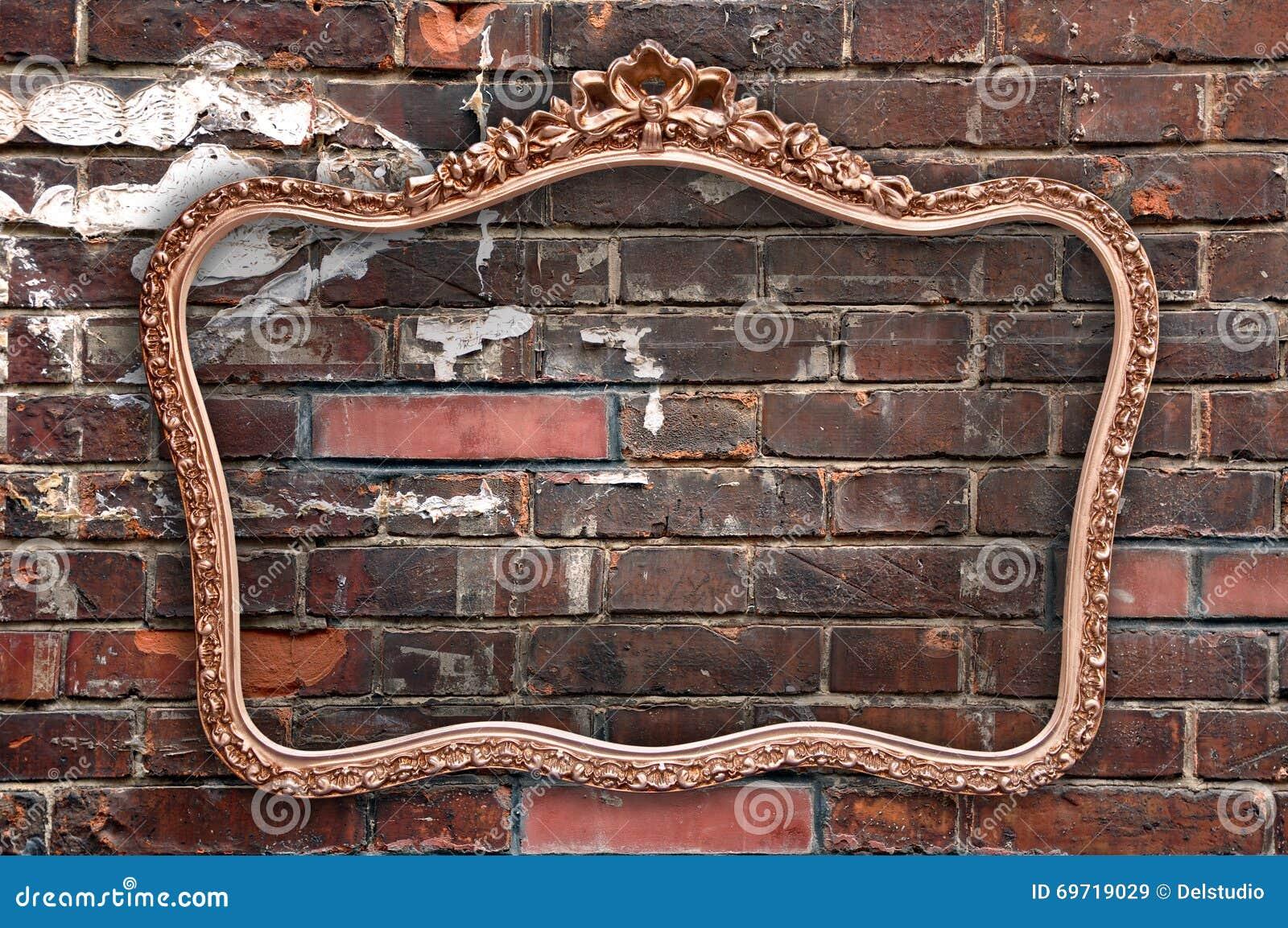 Moldura para retrato velha uma parede de tijolo vermelho
