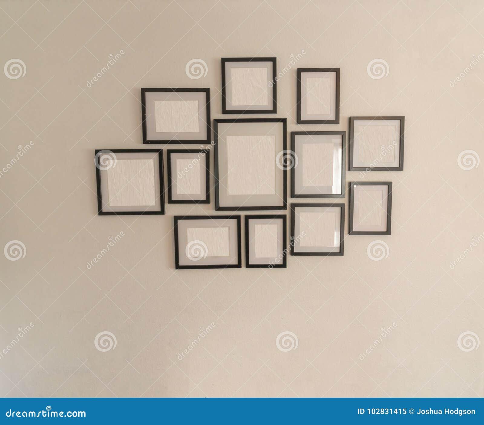 Molduras para retrato vazias na parede branca