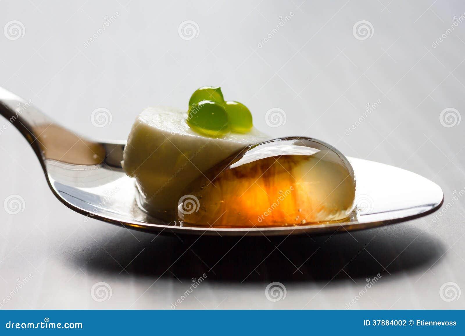 Moleculaire salade op metaallepel