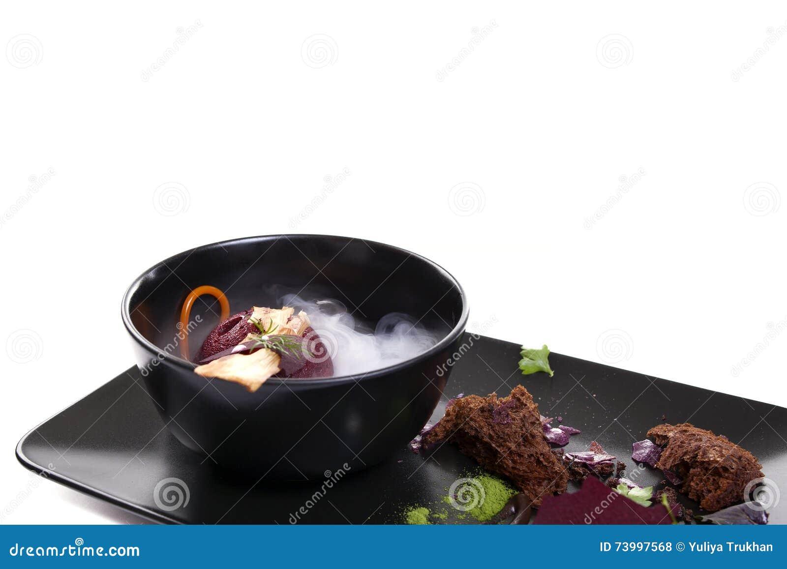 Molekulare küche köstliche suppe mit rote bete wurzeln stockfoto