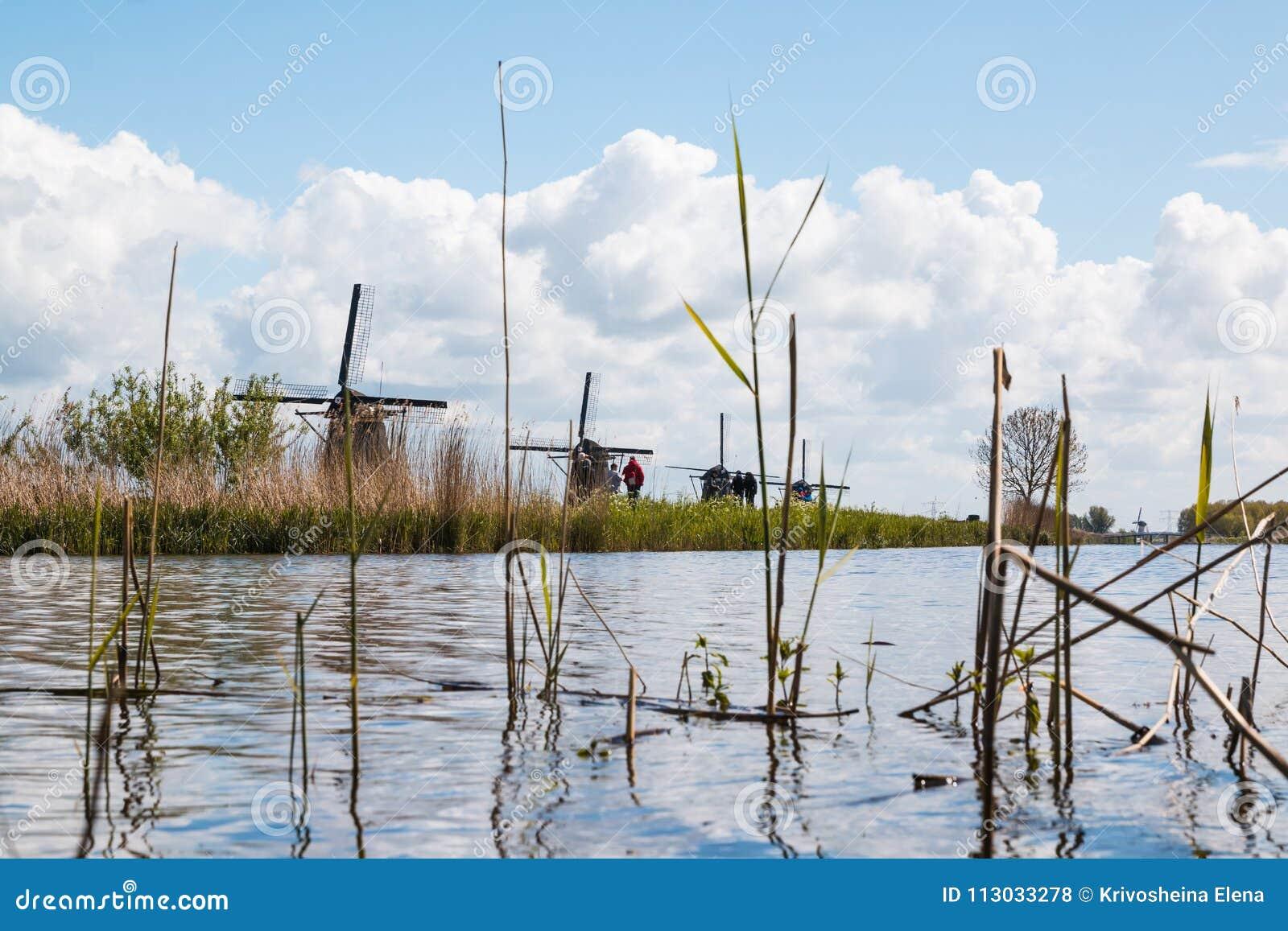 Molens en waterkanaal in een goede dag