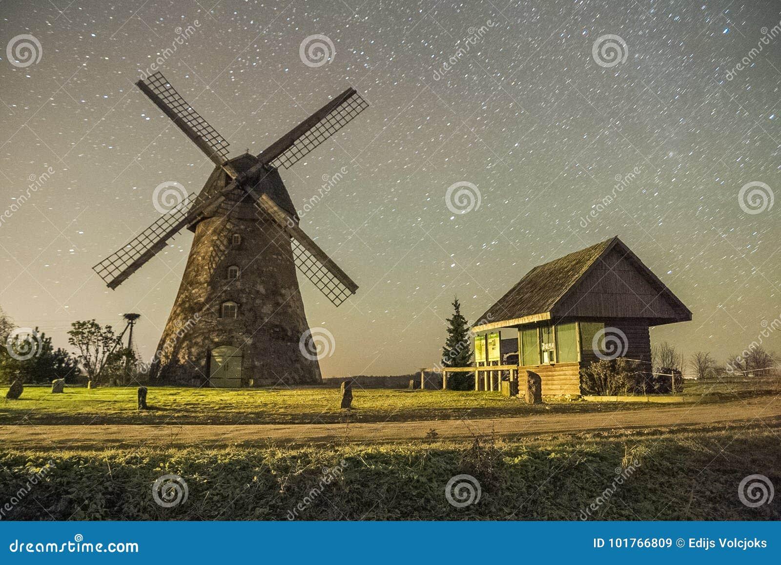 Molens in nacht, stad Araisi, Letland Sterren en nacht 2012