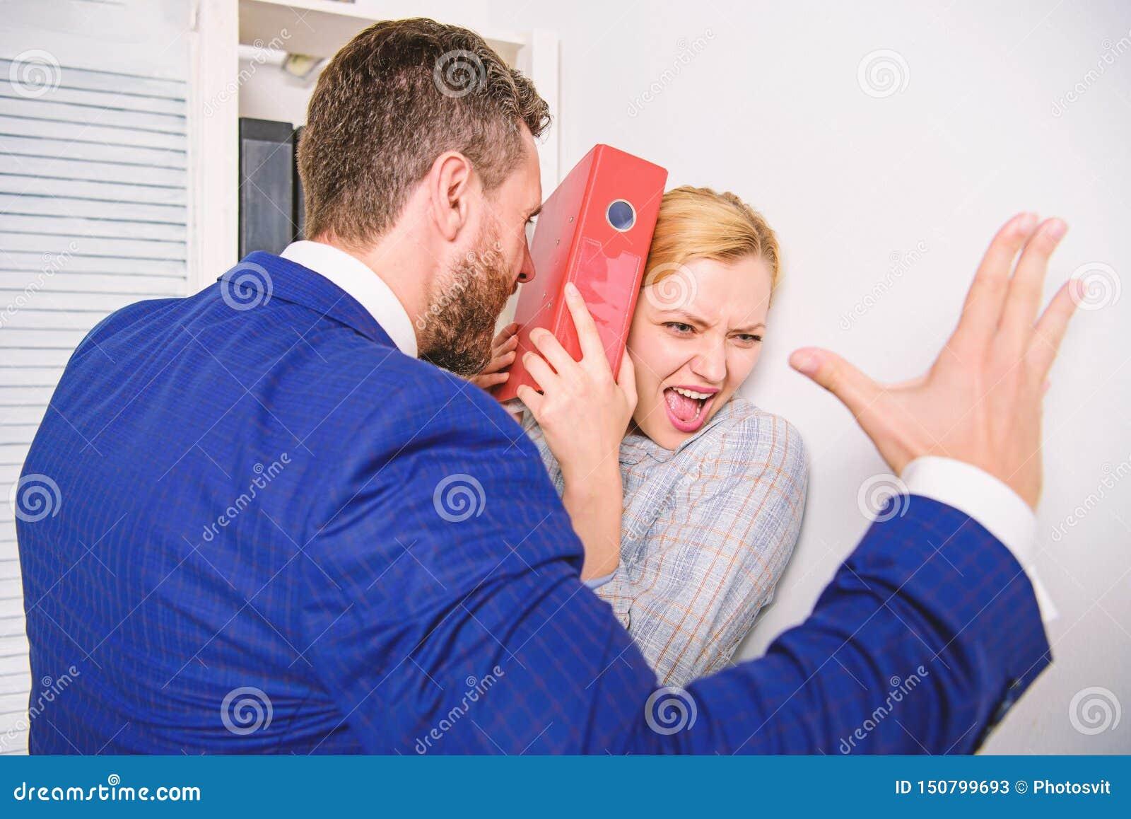Molestia sessuale in posto di lavoro Me movimento troppo sociale Pazzo al collega