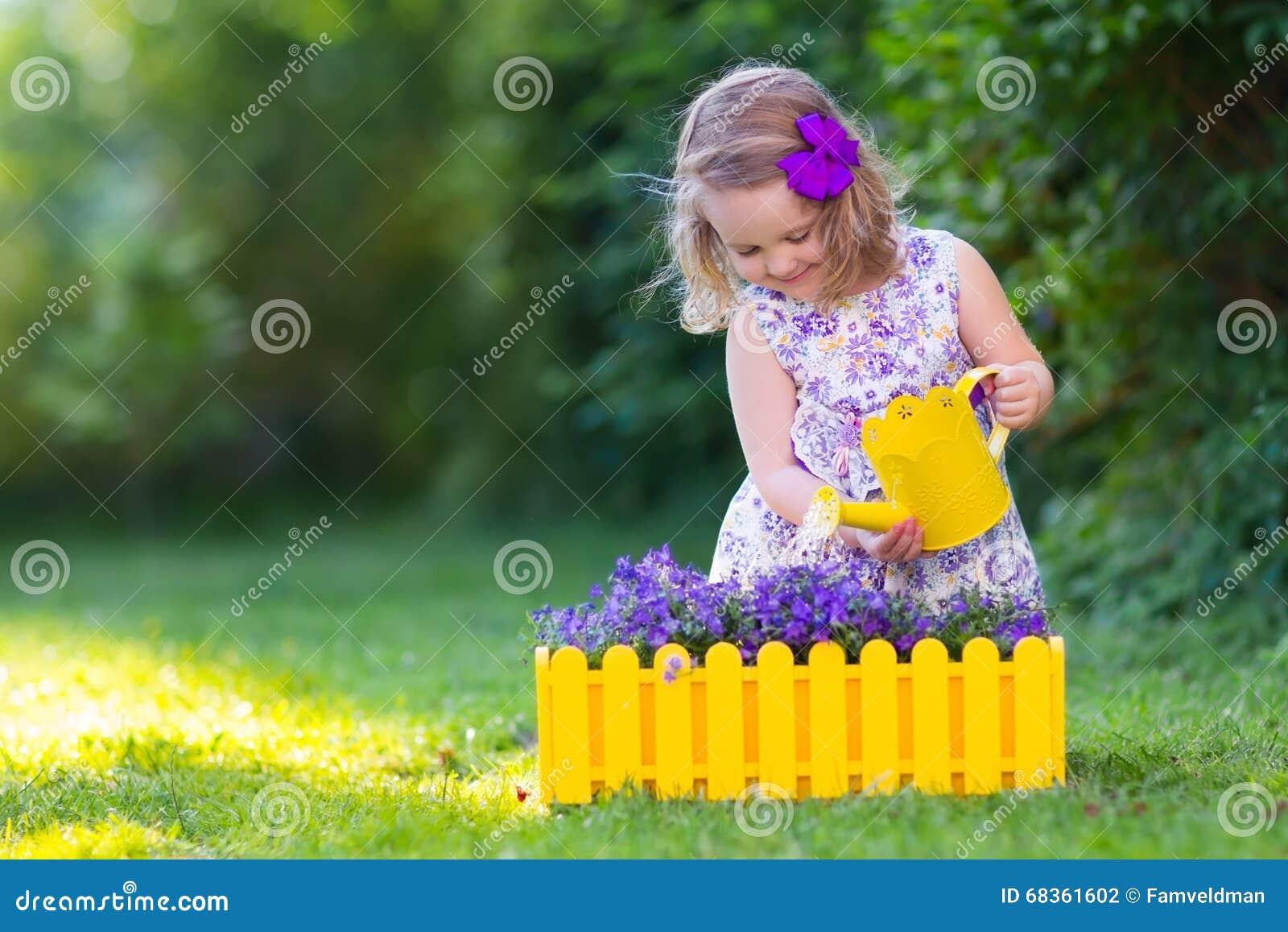 Molhar da menina farden flores