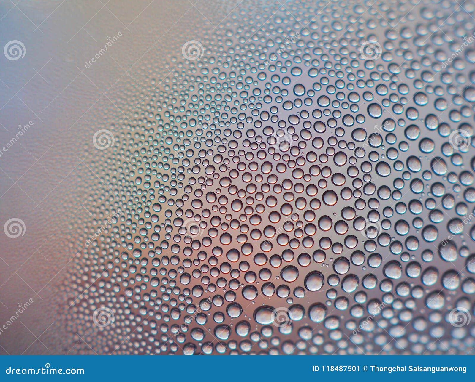 Molhe gotas no vidro para o projeto, as texturas e os fundos