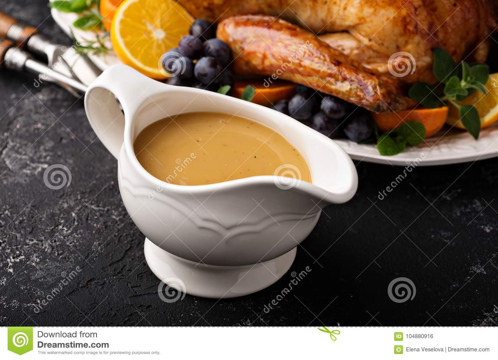 Molho caseiro em um prato do molho com peru