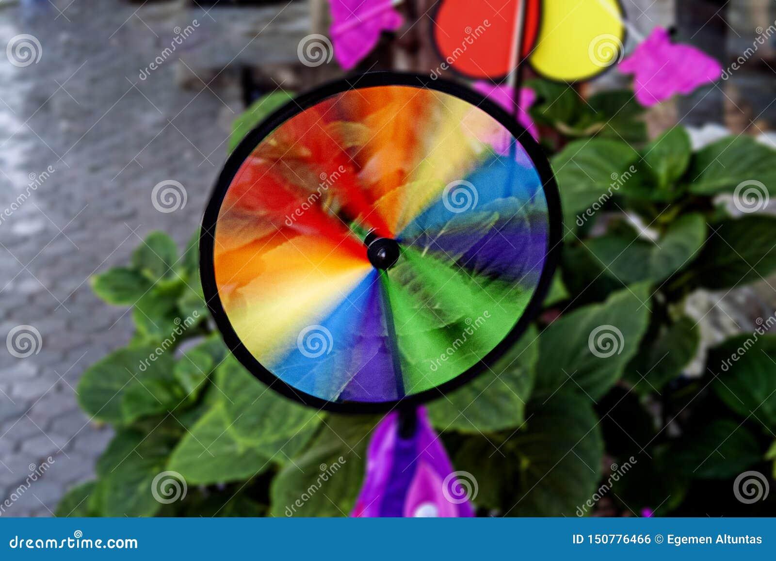 Molinillo de viento colorido del arco iris