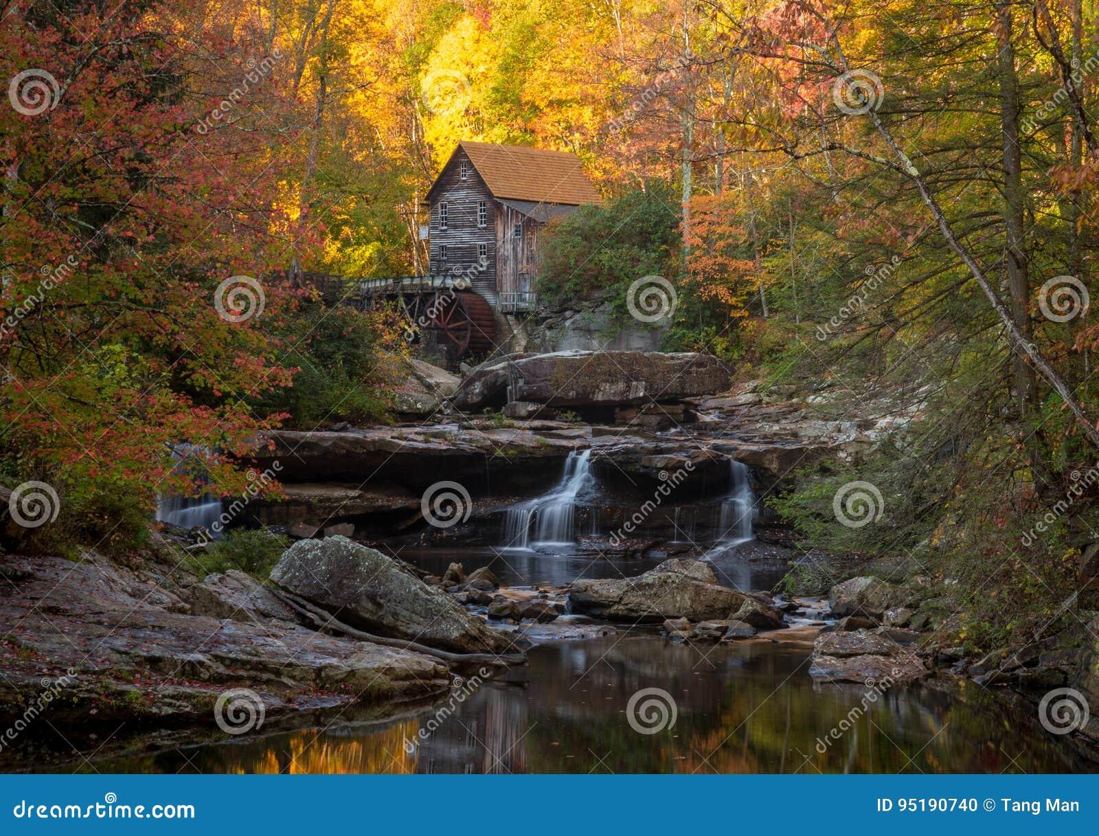 Molino Babcock en otoño en Virginia Occidental