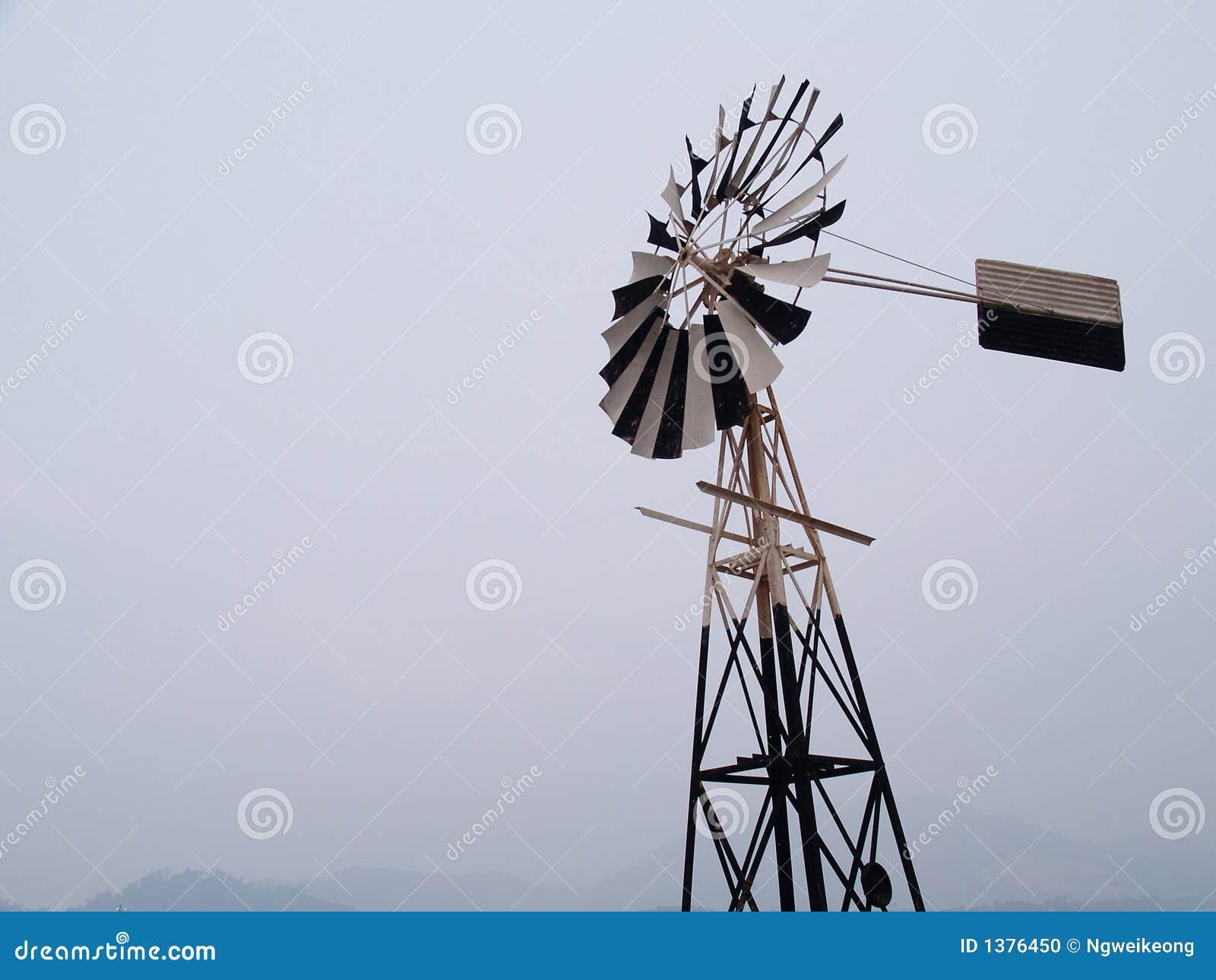 Molino de viento antiguo por el mar foto de archivo for Piscina molino de viento y sombrilla