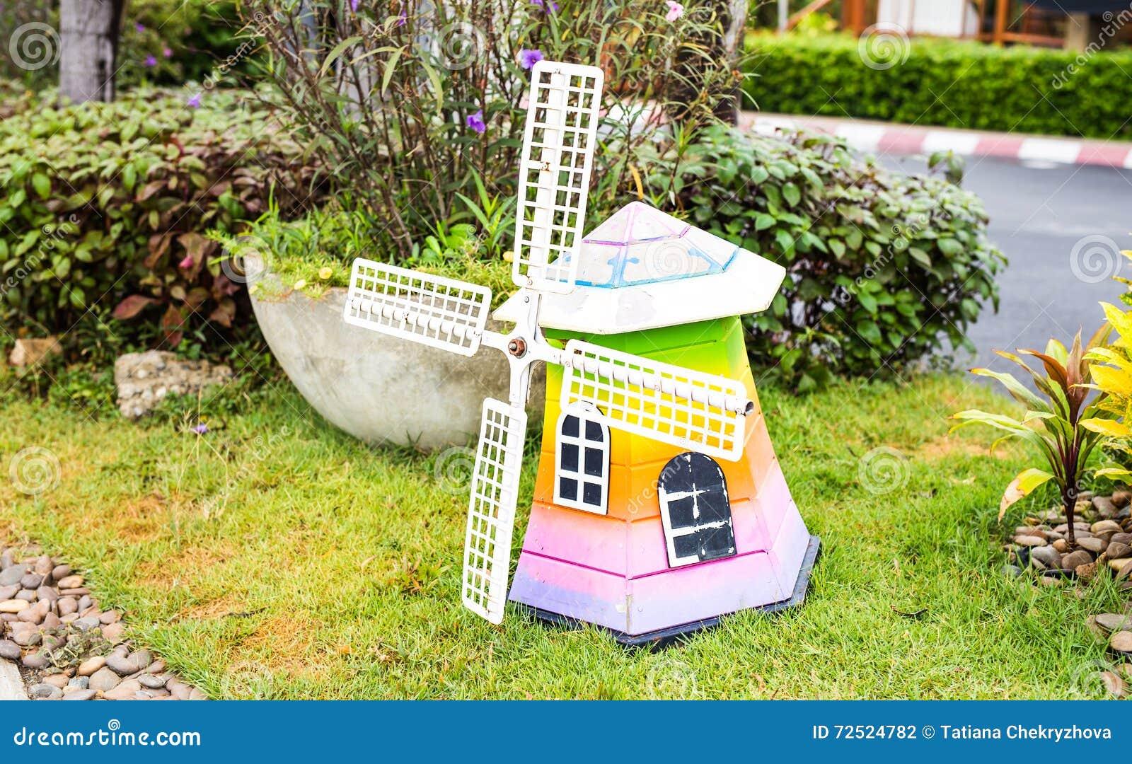 Molino de viento de madera decorativo en el jard n talla for Molinos de viento para jardin
