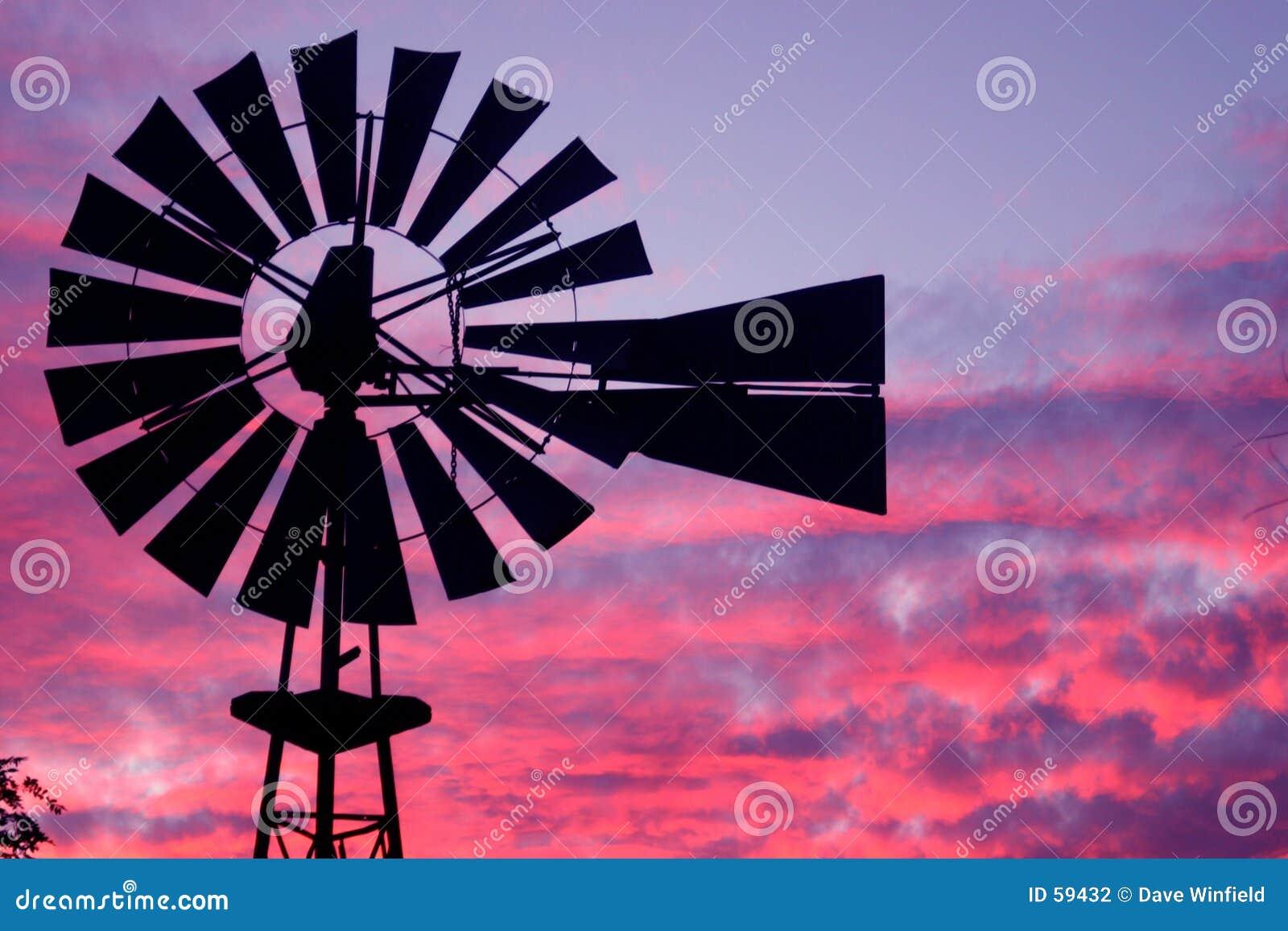 Molino de viento en la puesta del sol