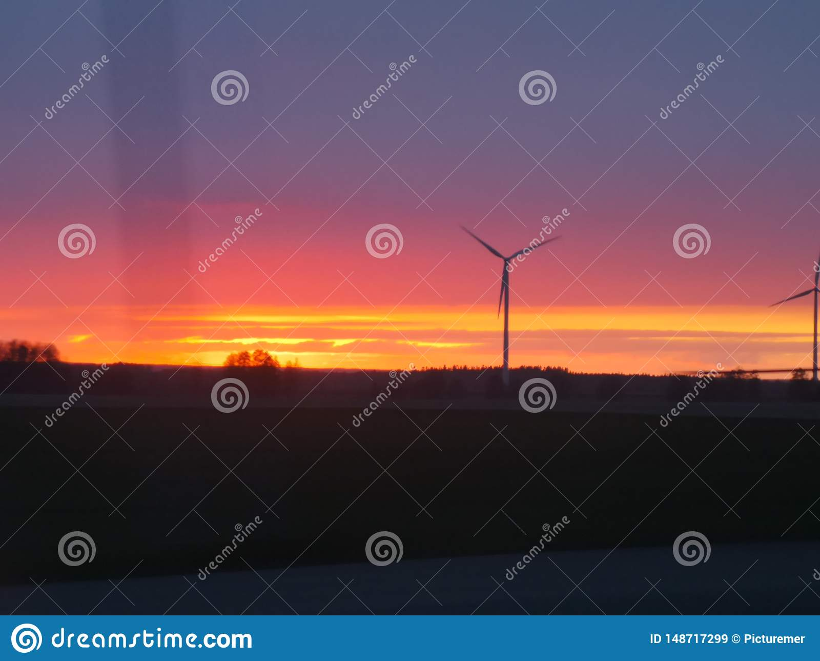 Molino de viento en puesta del sol