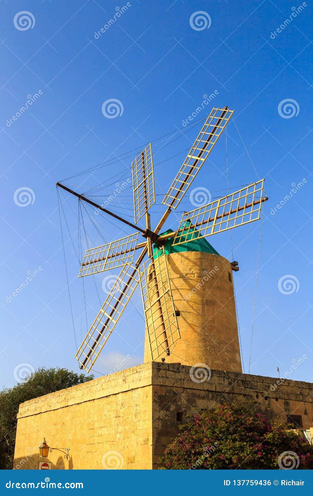 Molino de viento histórico en Southern Europe