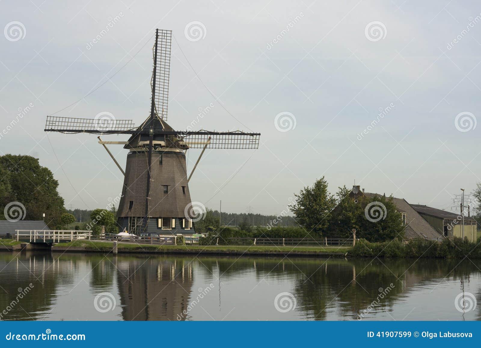 Molino de viento holandés tradicional, cerca de Amsterdam, Países Bajos