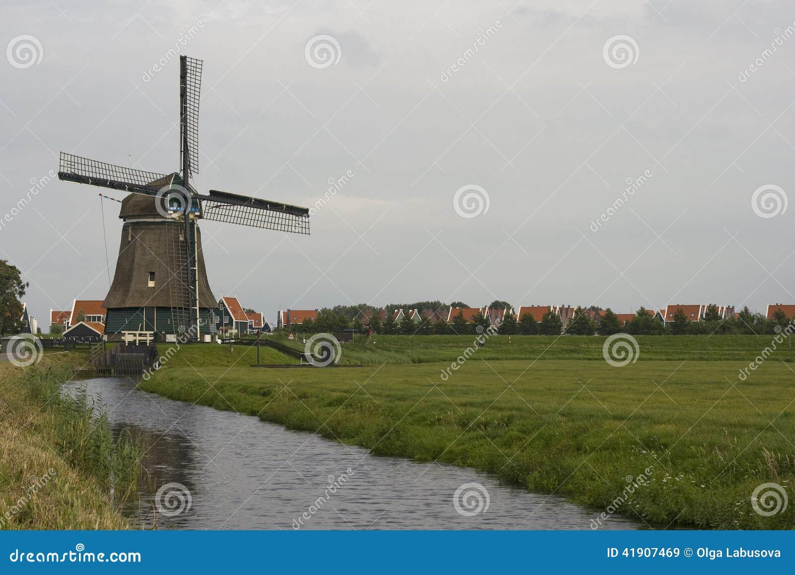 Molino de viento holandés tradicional, cerca de Volendam, Países Bajos