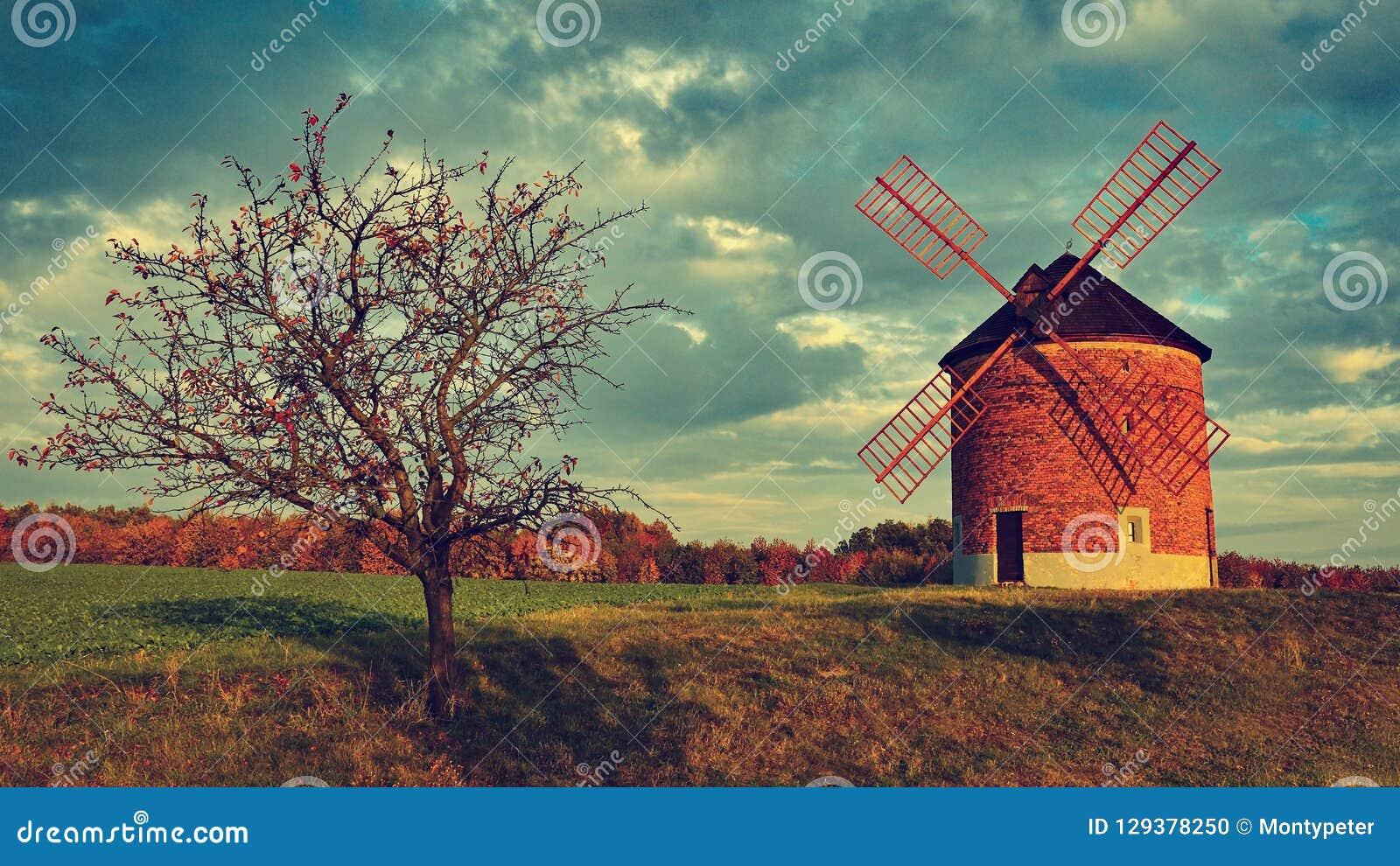 Molino de viento viejo hermoso Foto del paisaje con arquitectura en la hora de oro de la puesta del sol Chvalkovice - República C