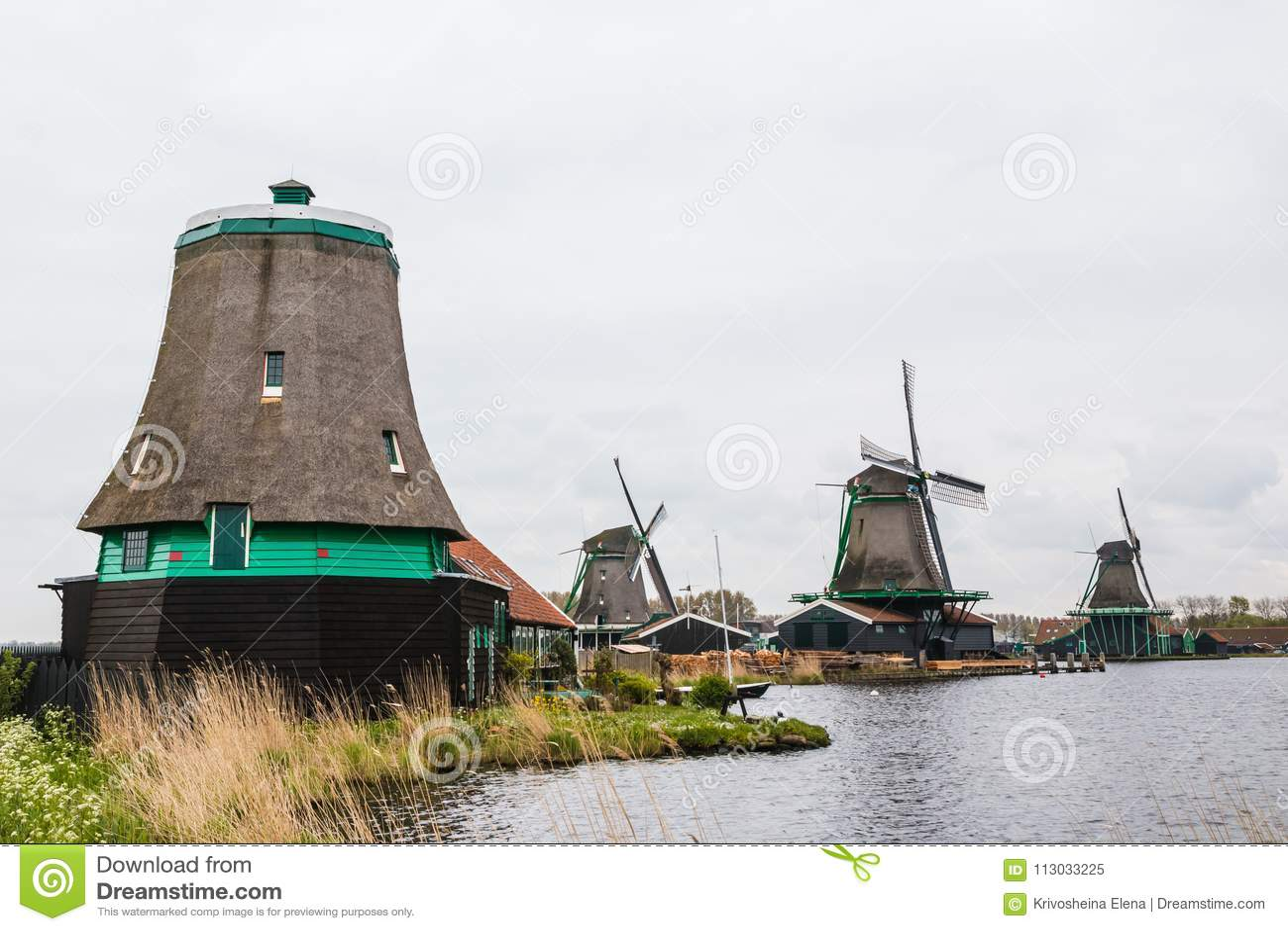 Molino de viento y el paisaje alrededor