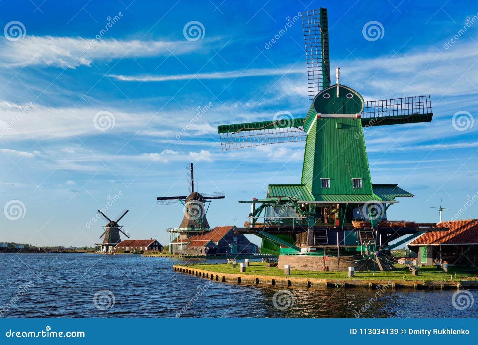 Molinoes de viento en Zaanse Schans en Holanda en puesta del sol Zaandam, inferior