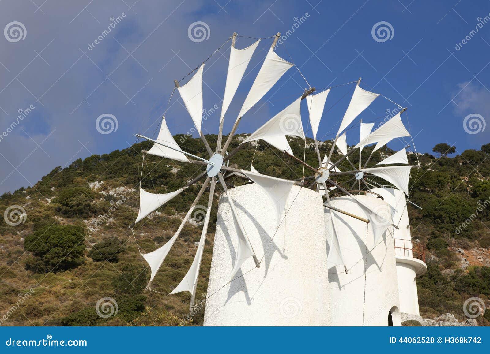 Molinoes de viento tradicionales cerca de la meseta de Lasithi crete Grecia
