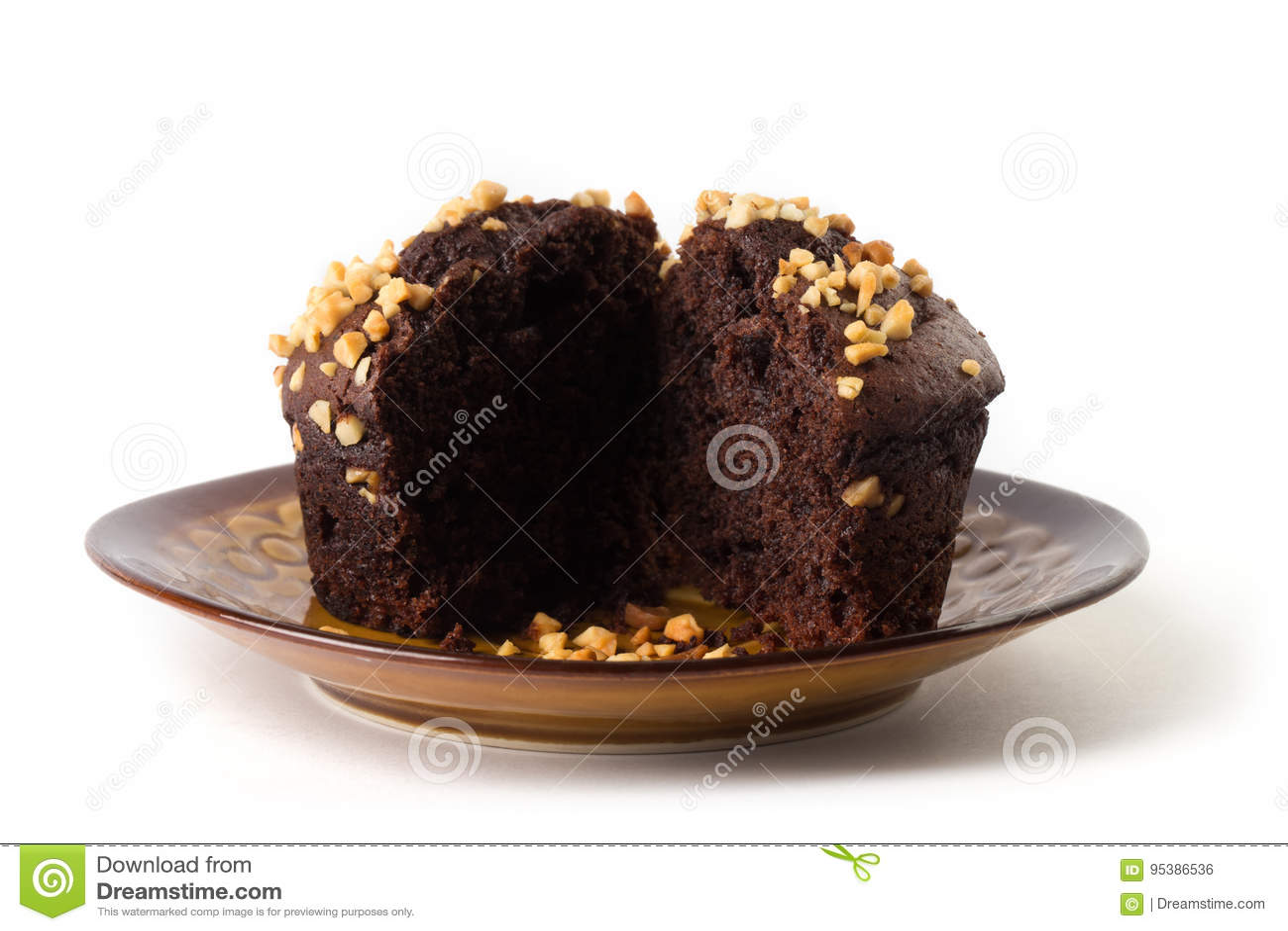 Mollete del chocolate en una placa marrón, aislada en el fondo blanco