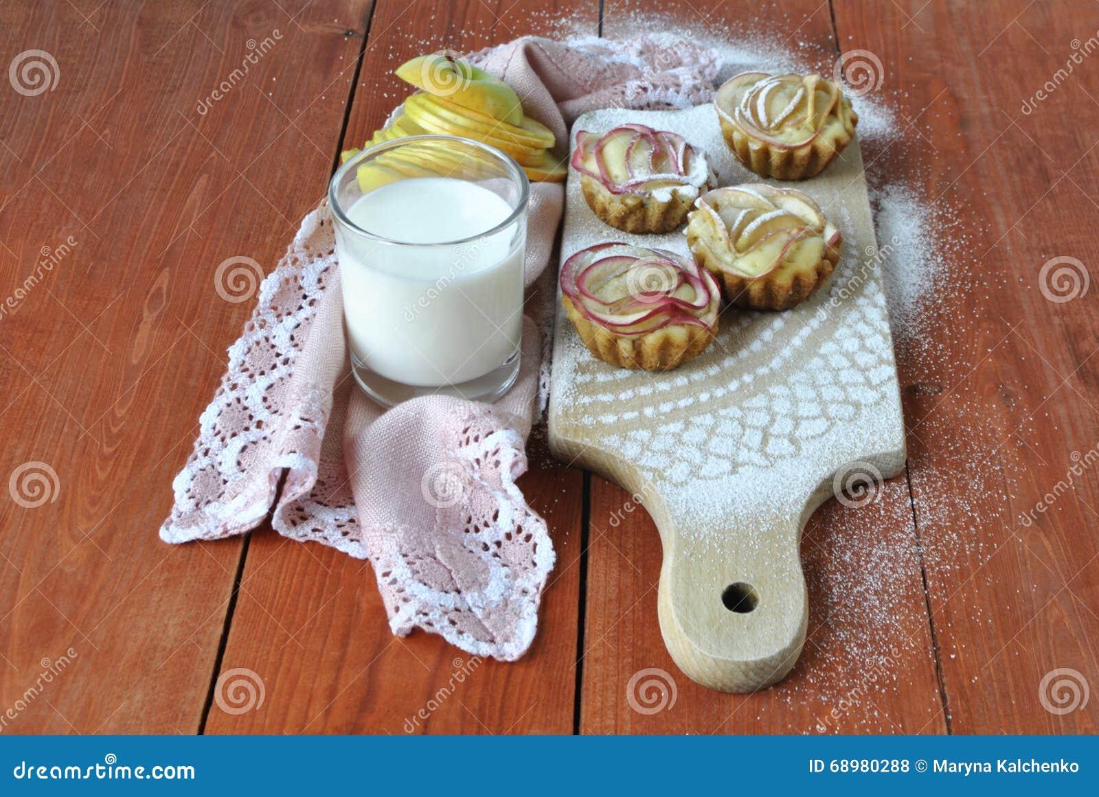 Molletes con un vidrio de leche