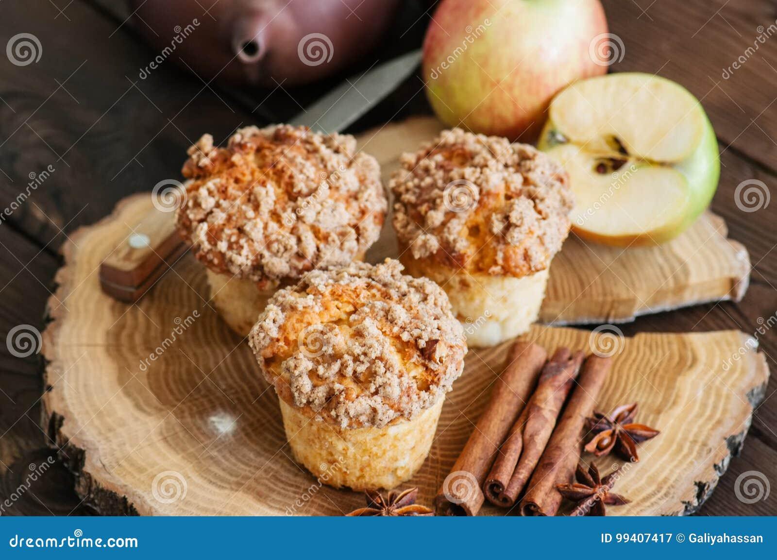 Molletes, especias y mitad de la migaja del canela de Apple de manzanas en un w