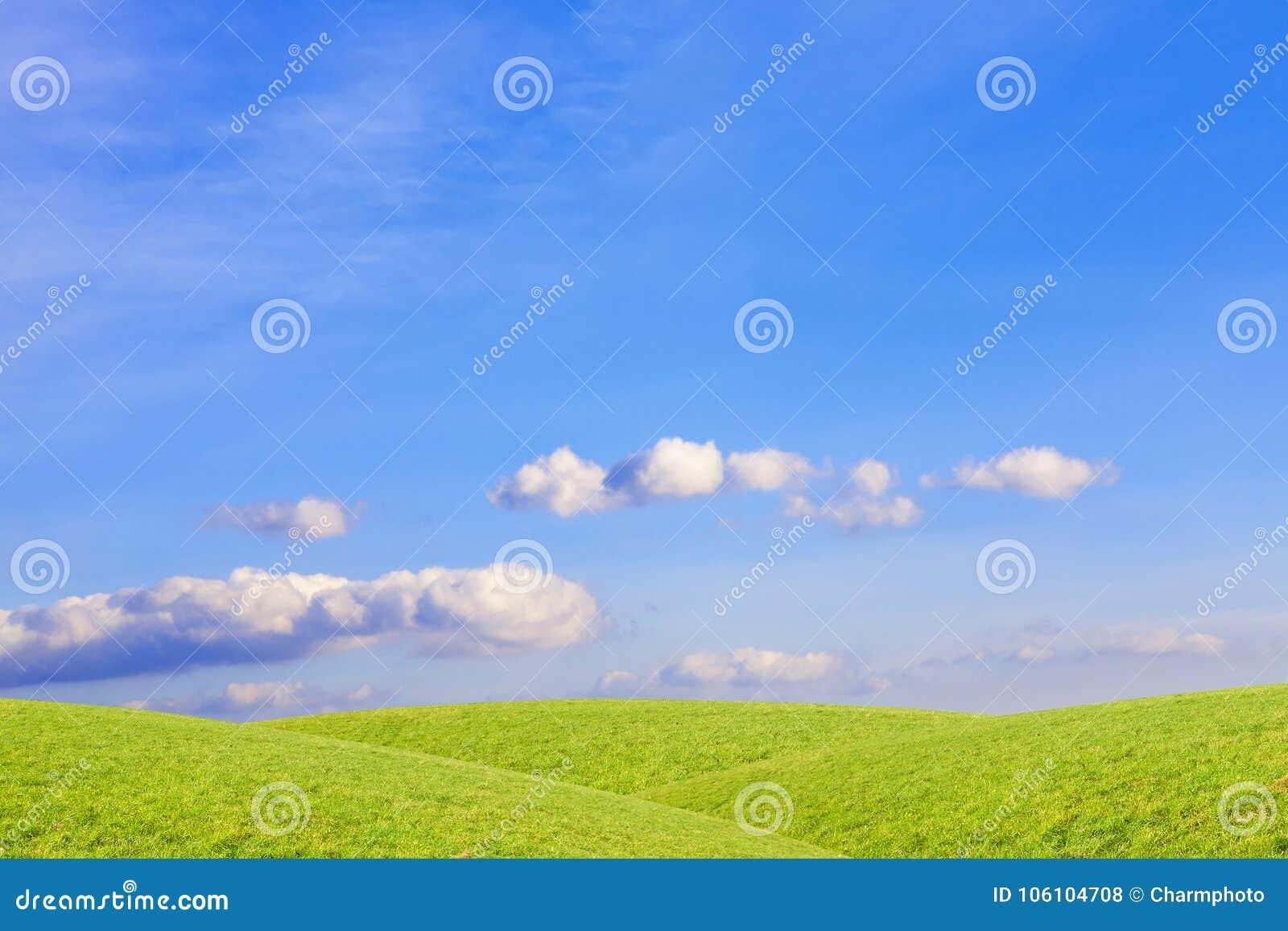 Moln över gräsplan, gräs- kullar lantlig liggande