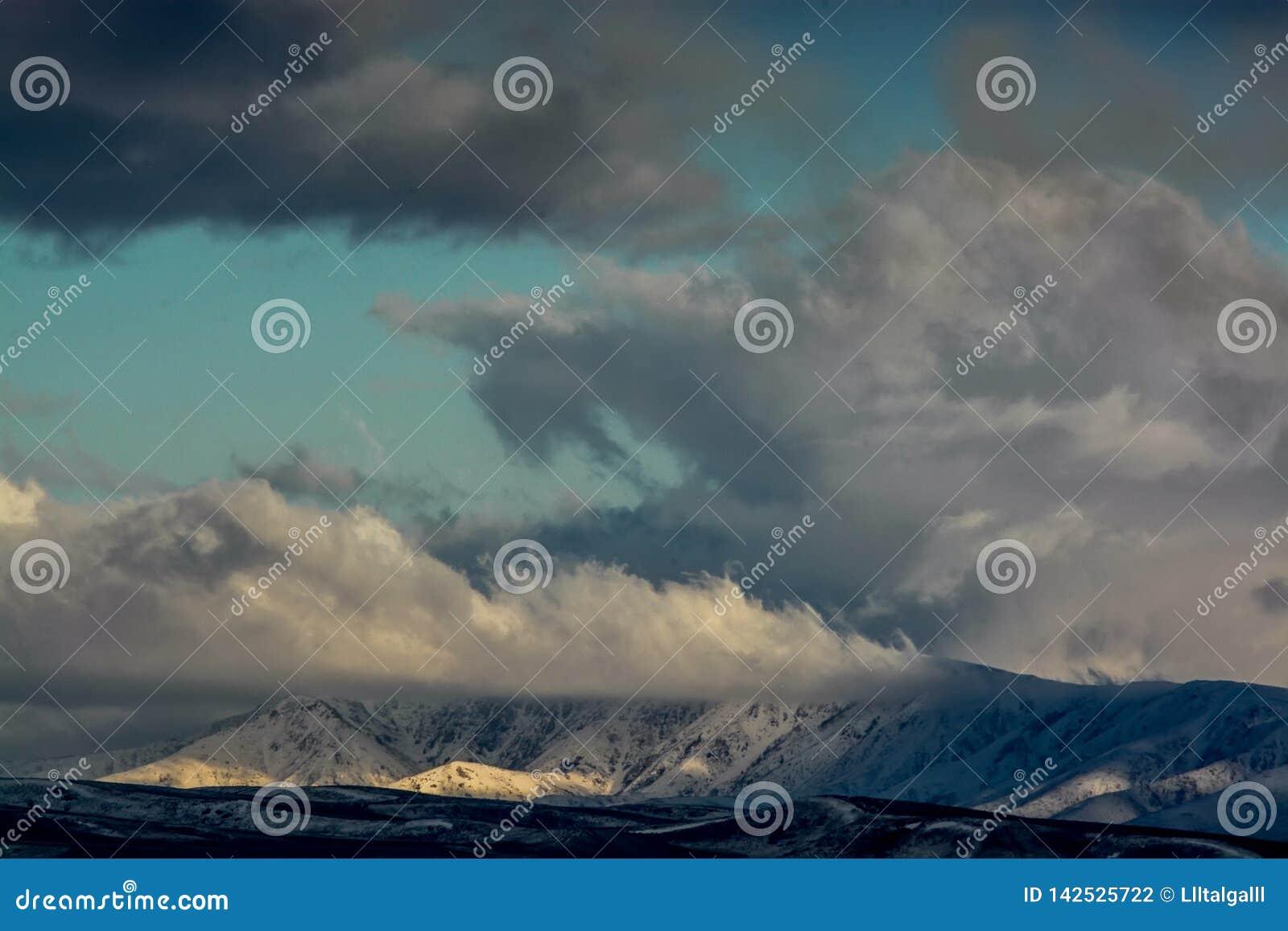 Moln över kullen Natur av Kasakhstan