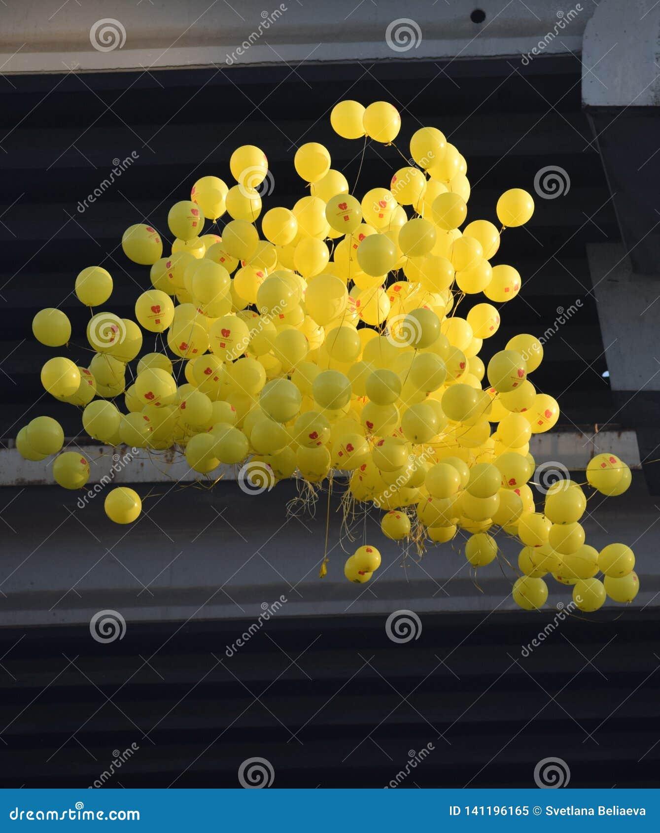 Moln av ballonger på bakgrunden av bron