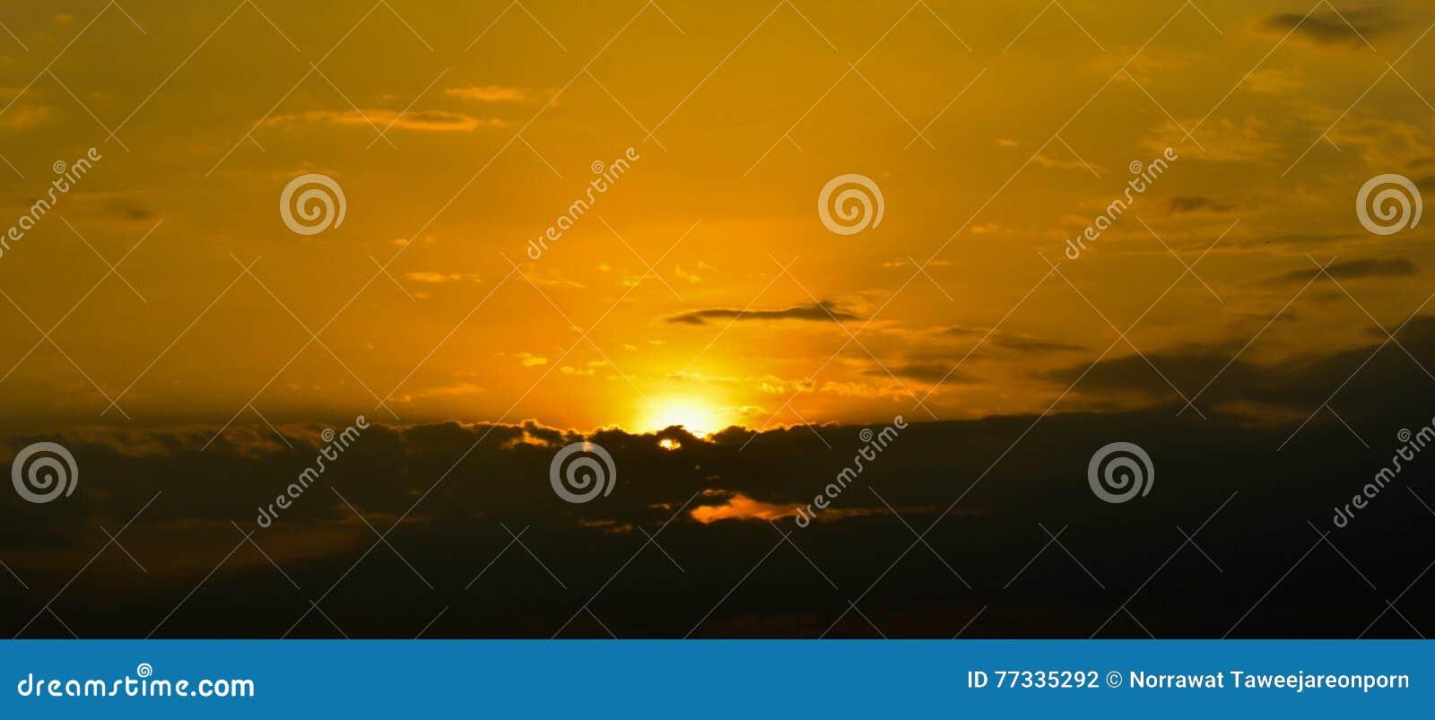 Moln och himmel i soluppgång