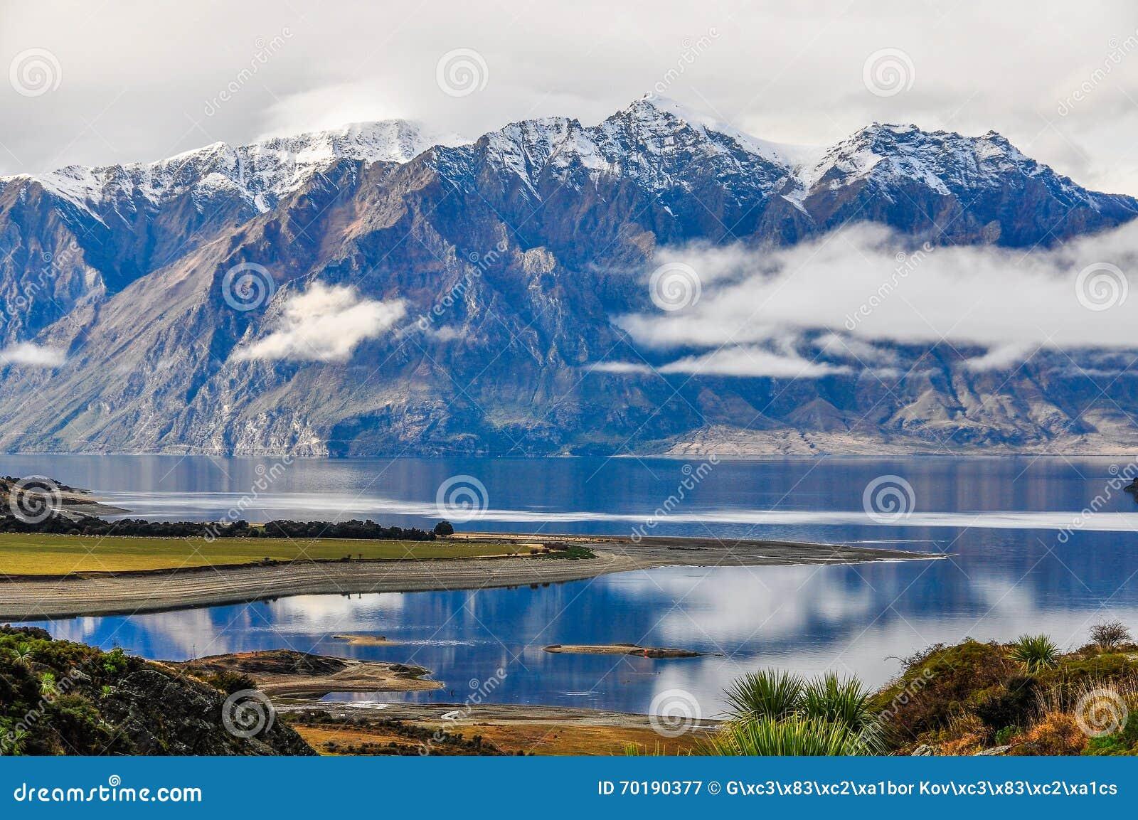 Moln som lågt ligger nära Wanaka i sydliga sjöar, Nya Zeeland