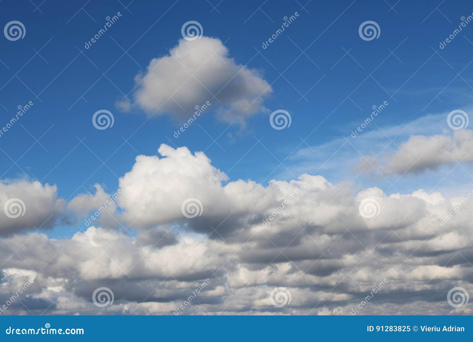 Moln som ses från ett flygplan, blått solsken, landskap för jordbakgrundsnatur