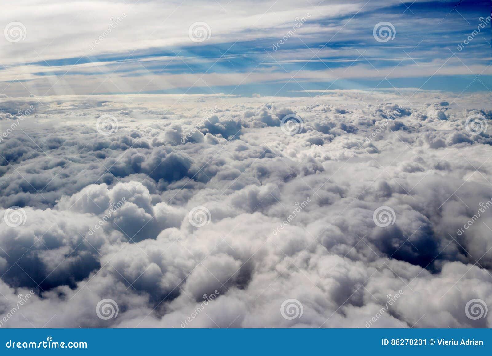 Moln som ses från ett flygplan, solsken, jordbakgrund