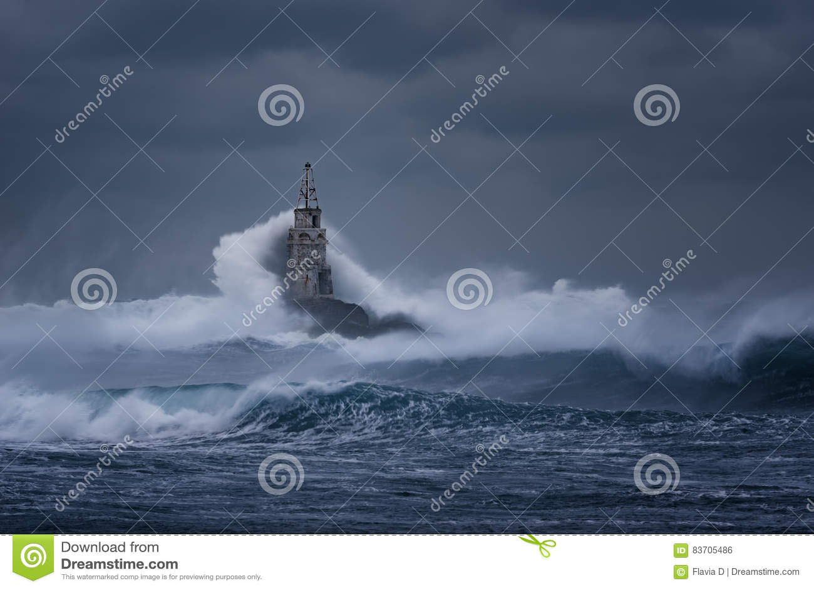 Molnig dag Dramatisk himmel och enorma vågor på fyren, Ahtopol, Bulgarien