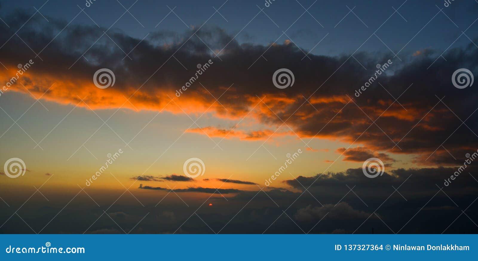 Molnig himmel för dramatisk solnedgång