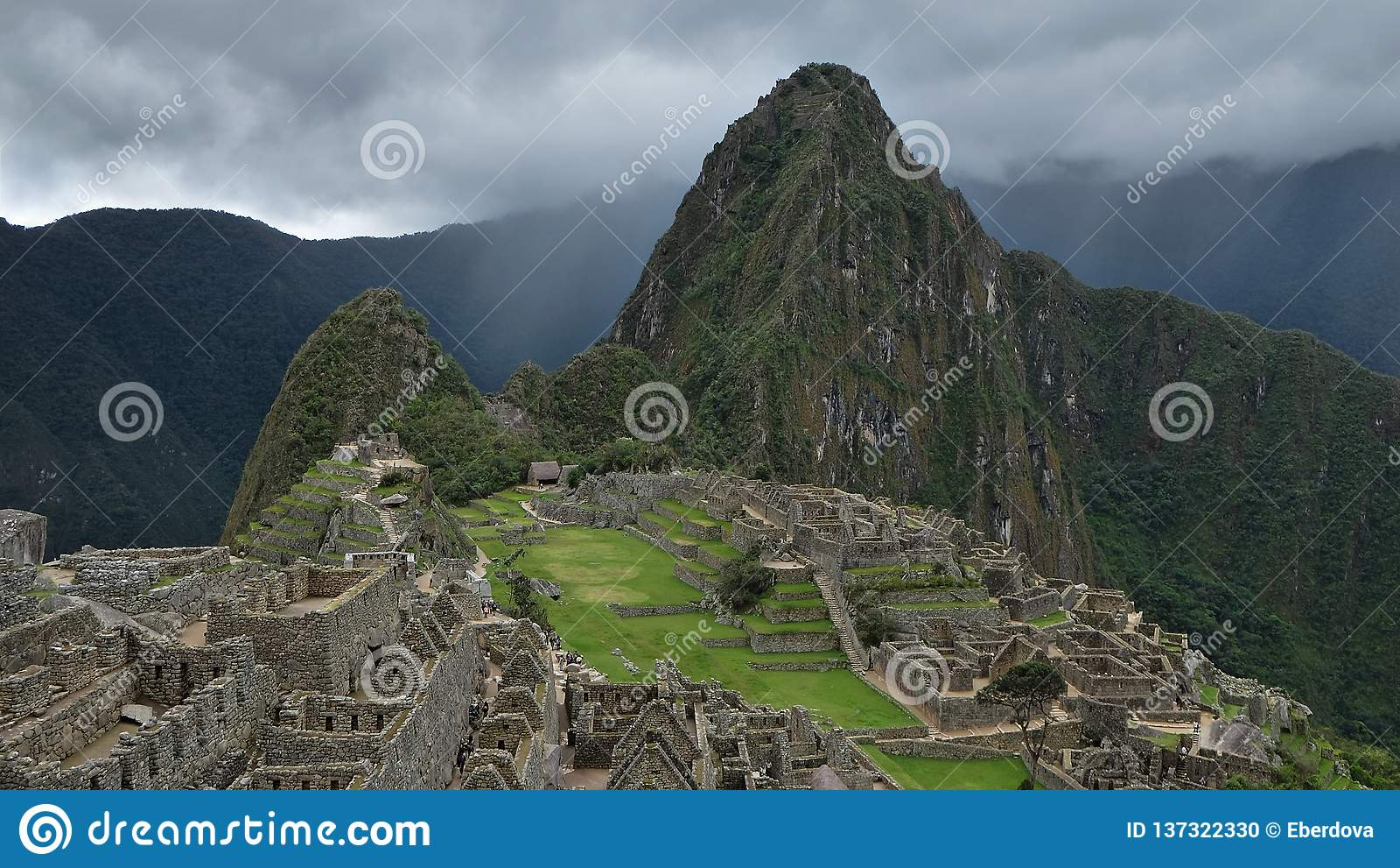 Molnig motning på Machu Picchu den arkeologiska platsen