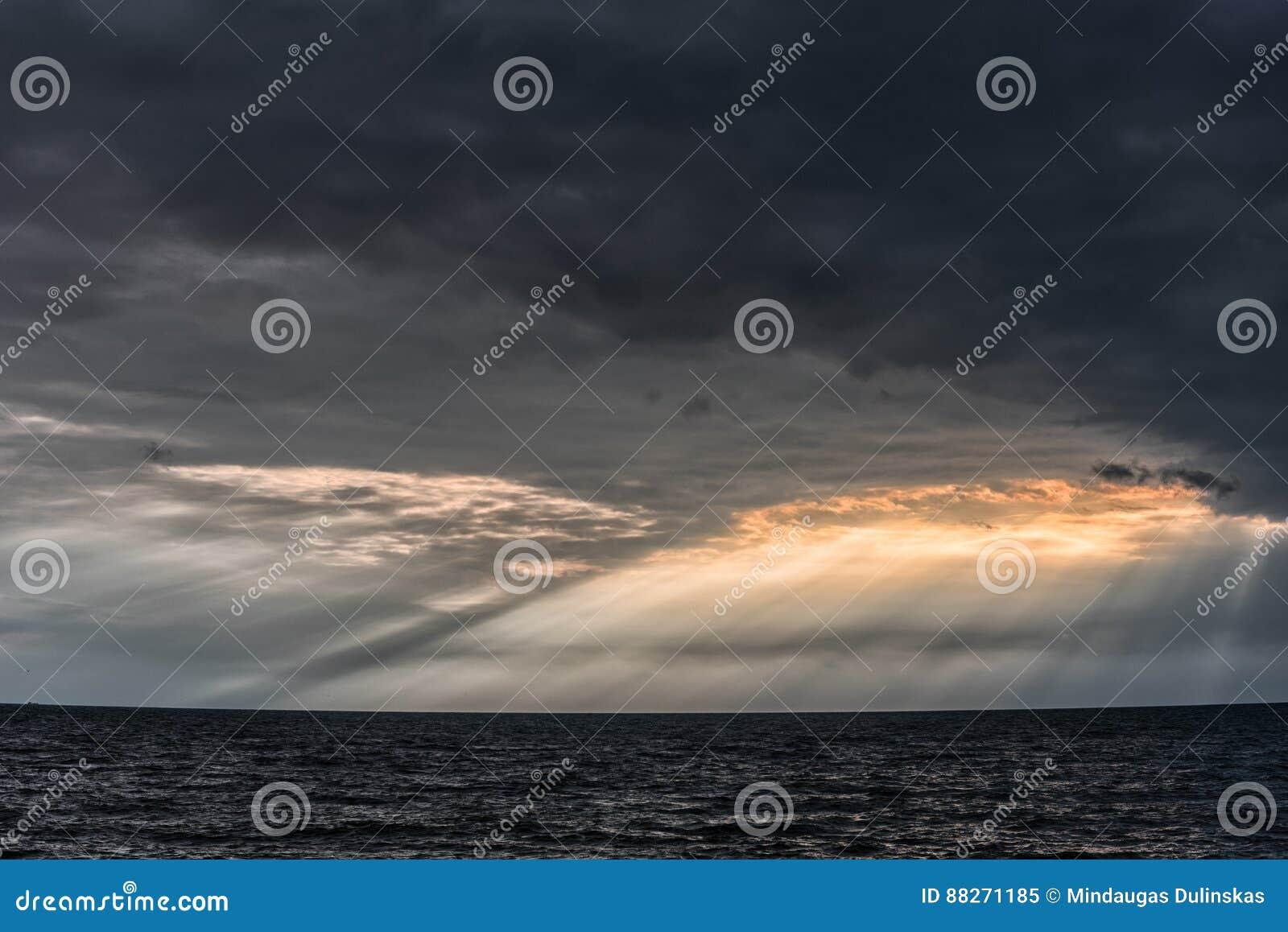 Molnig och stormig himmel ovanför Östersjön i Lettland, nästan Liepaja