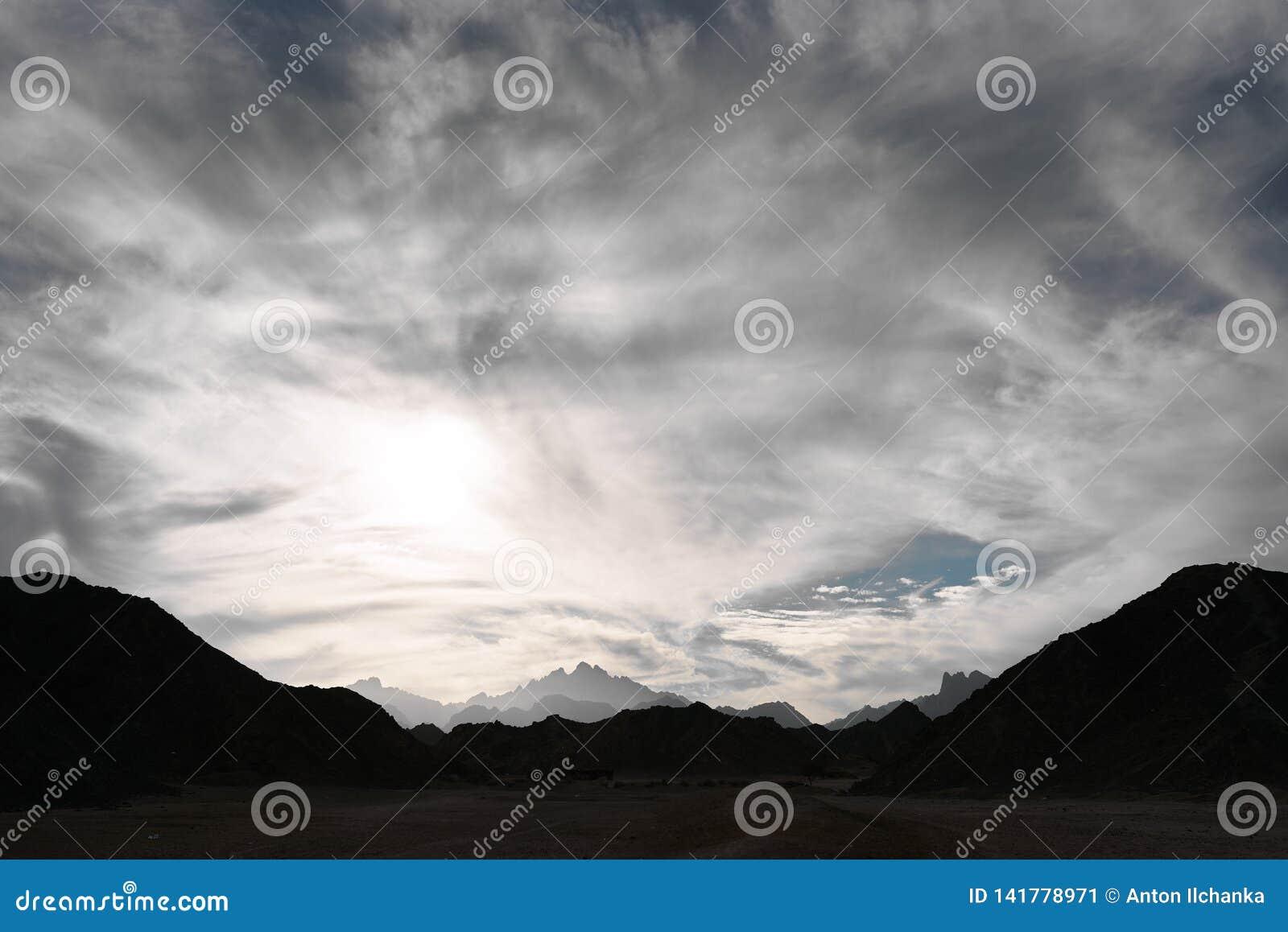 Molnig sky över bergen