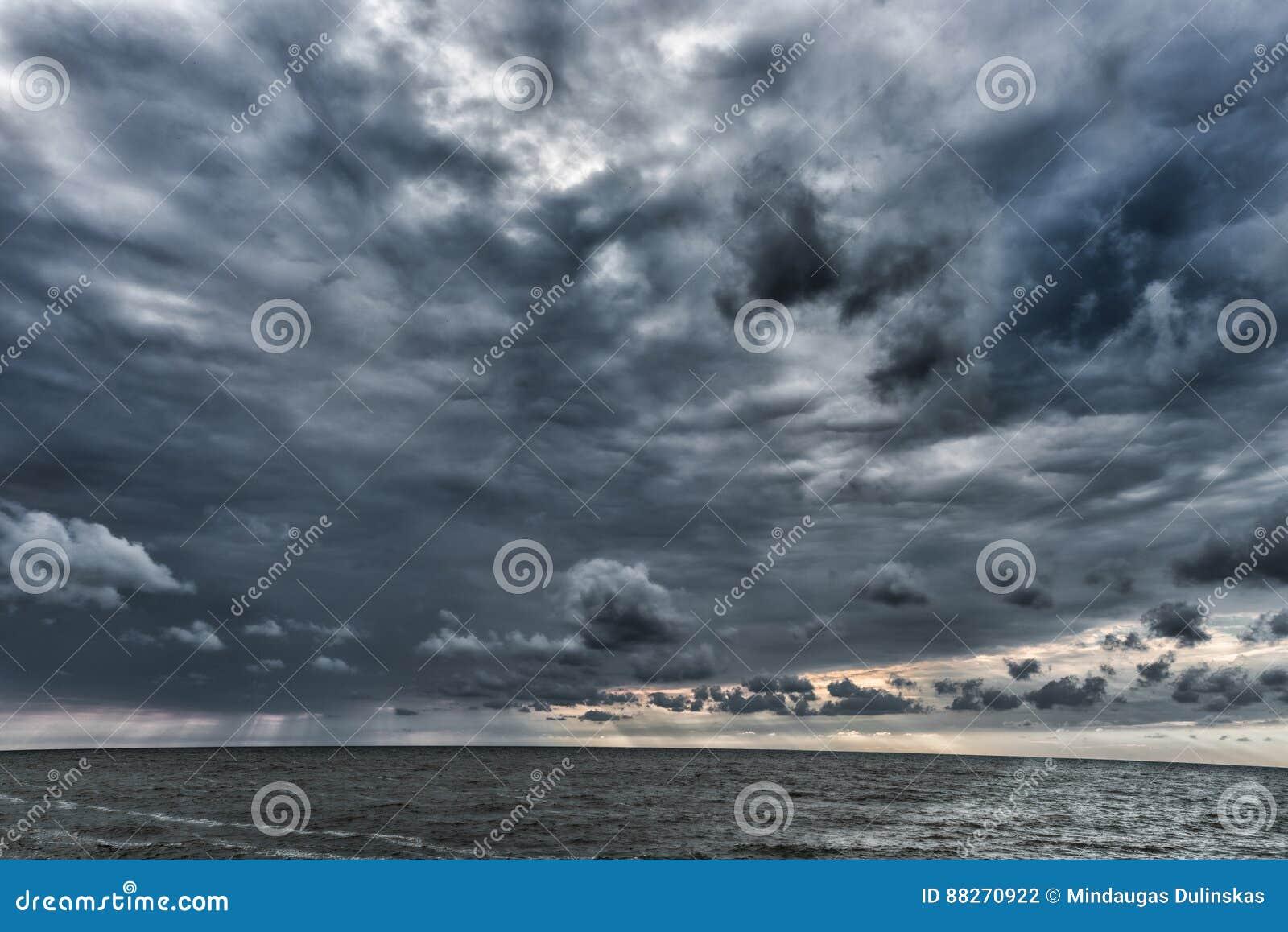 Molniga och stormiga moln ovanför Östersjön i Lettland baltiska estonia nära havssomethere tallinn Aftonfotofors Sned boll metar